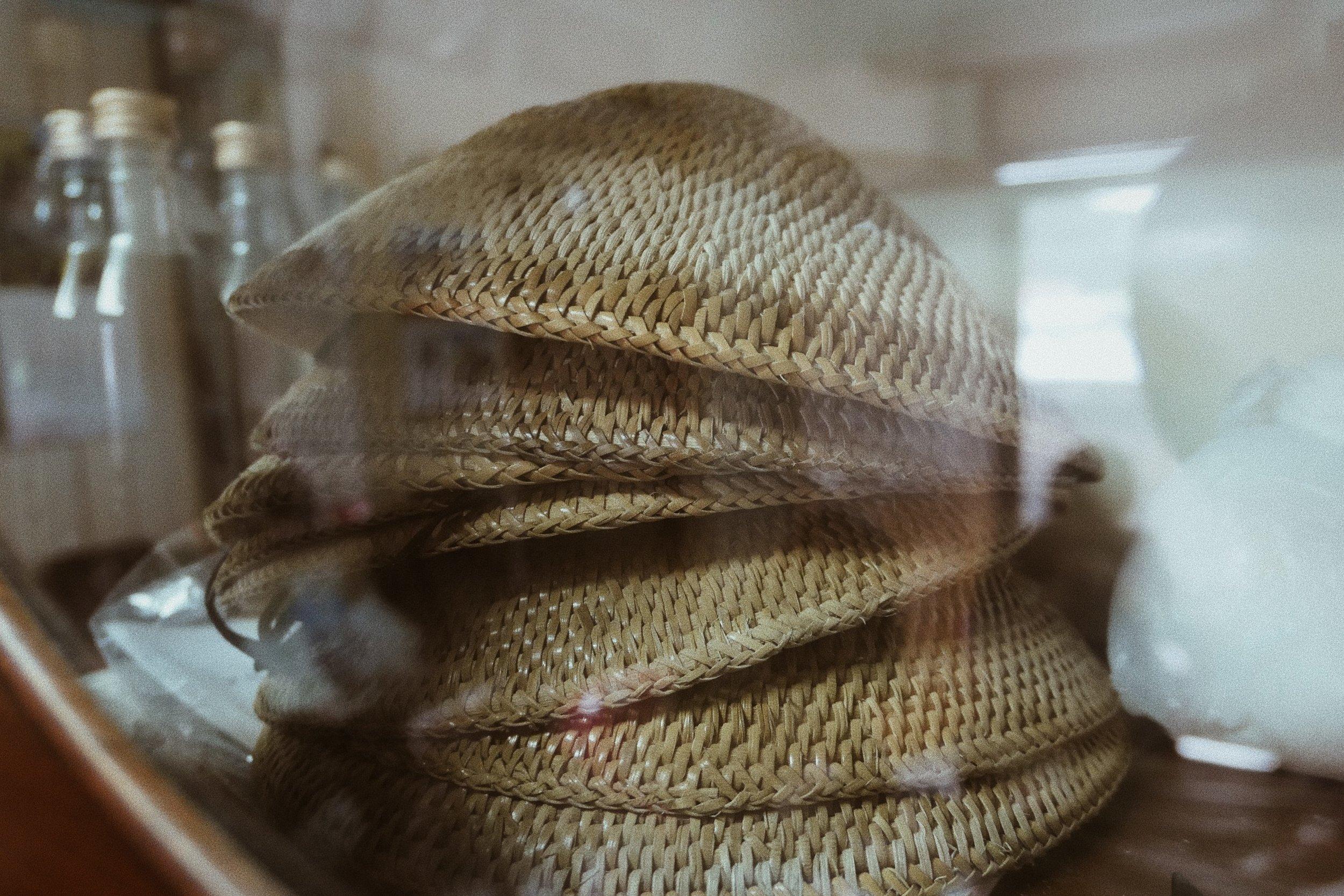 Arik、Ngodo家中櫥櫃放置的藤帽