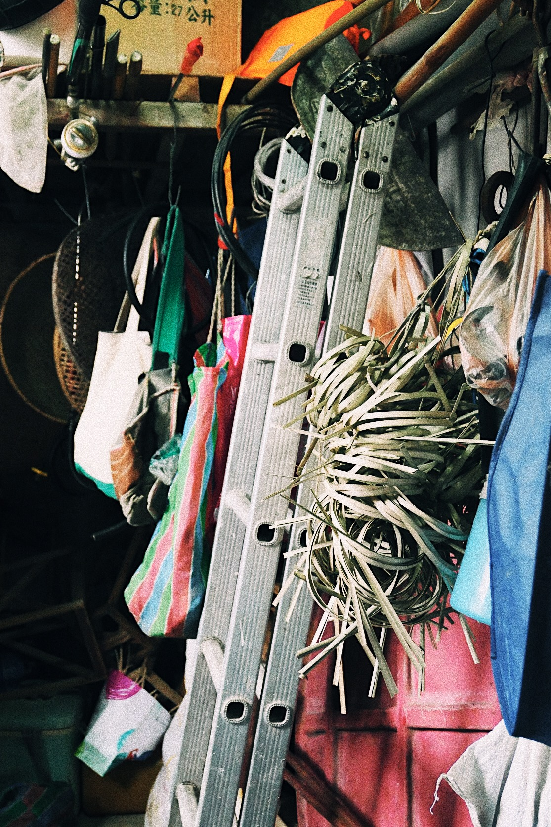 倉庫角落一隅都掛著藤材
