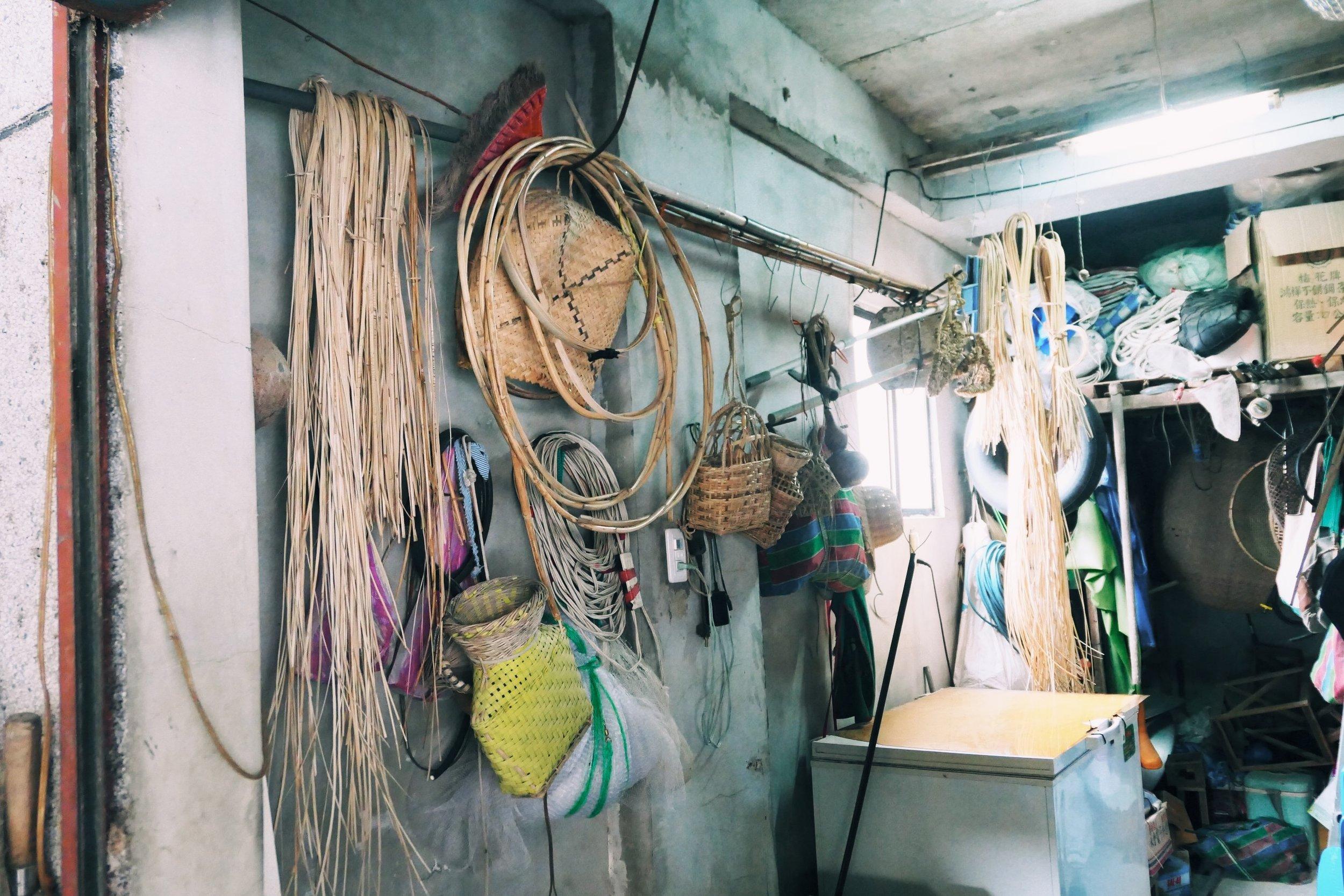 牆上掛的都是阿公製作的藤編