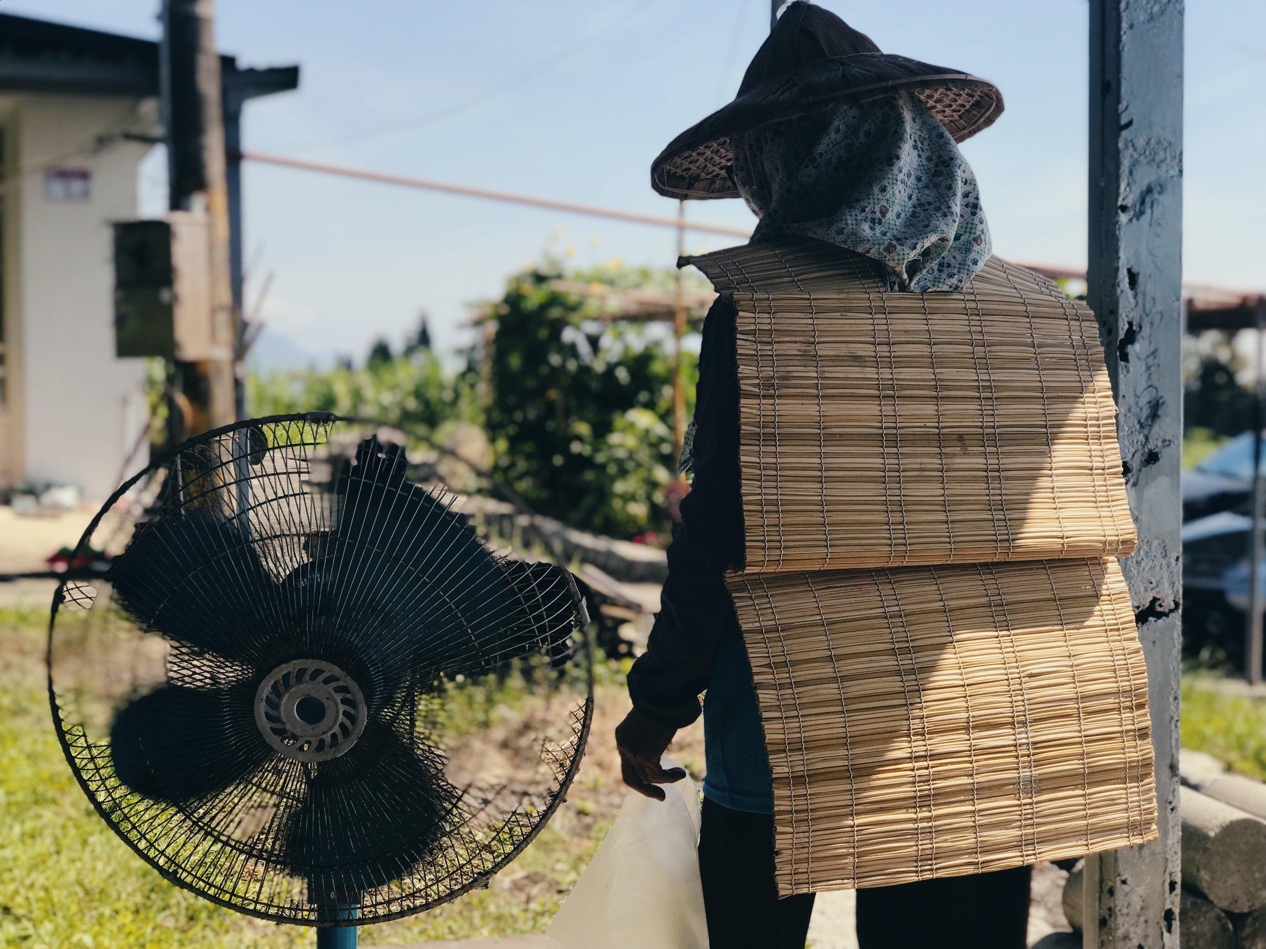 婦女們會著karahay於農田或菜園耕作時