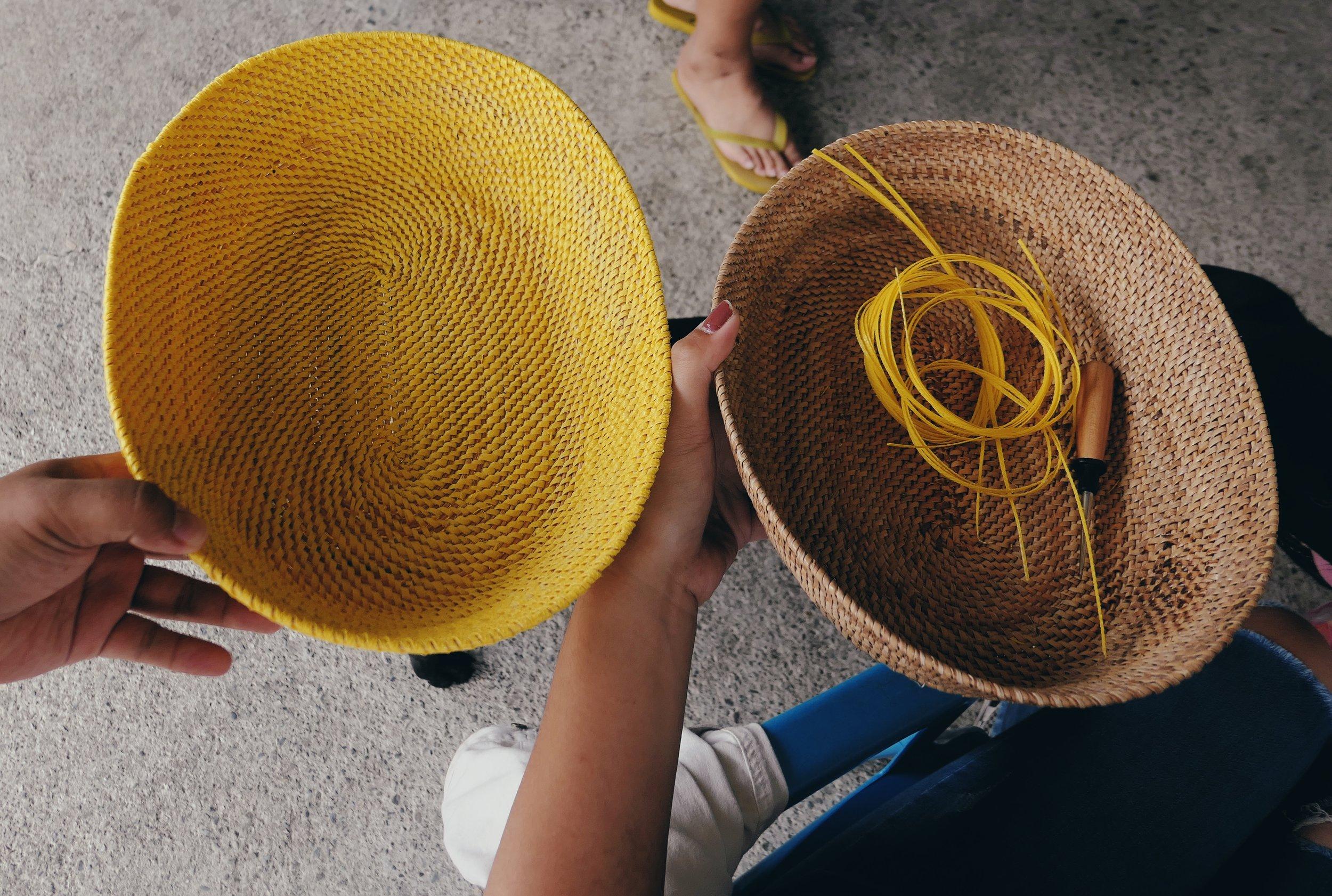 黃色的為打包帶材質,而右邊的材料為藤皮。