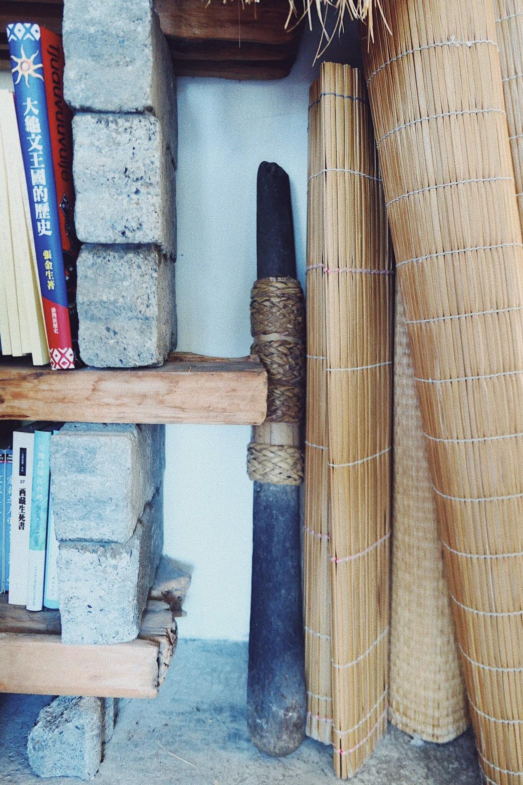 石杵的兩端成圓柱狀,一端較細、另一端較粗,中間以竹板扣住兩塊石製的杵身,再以藤環綑綁。藤環除了綑綁的功用之外,在搗的過程中,還有防止手滑的功能。