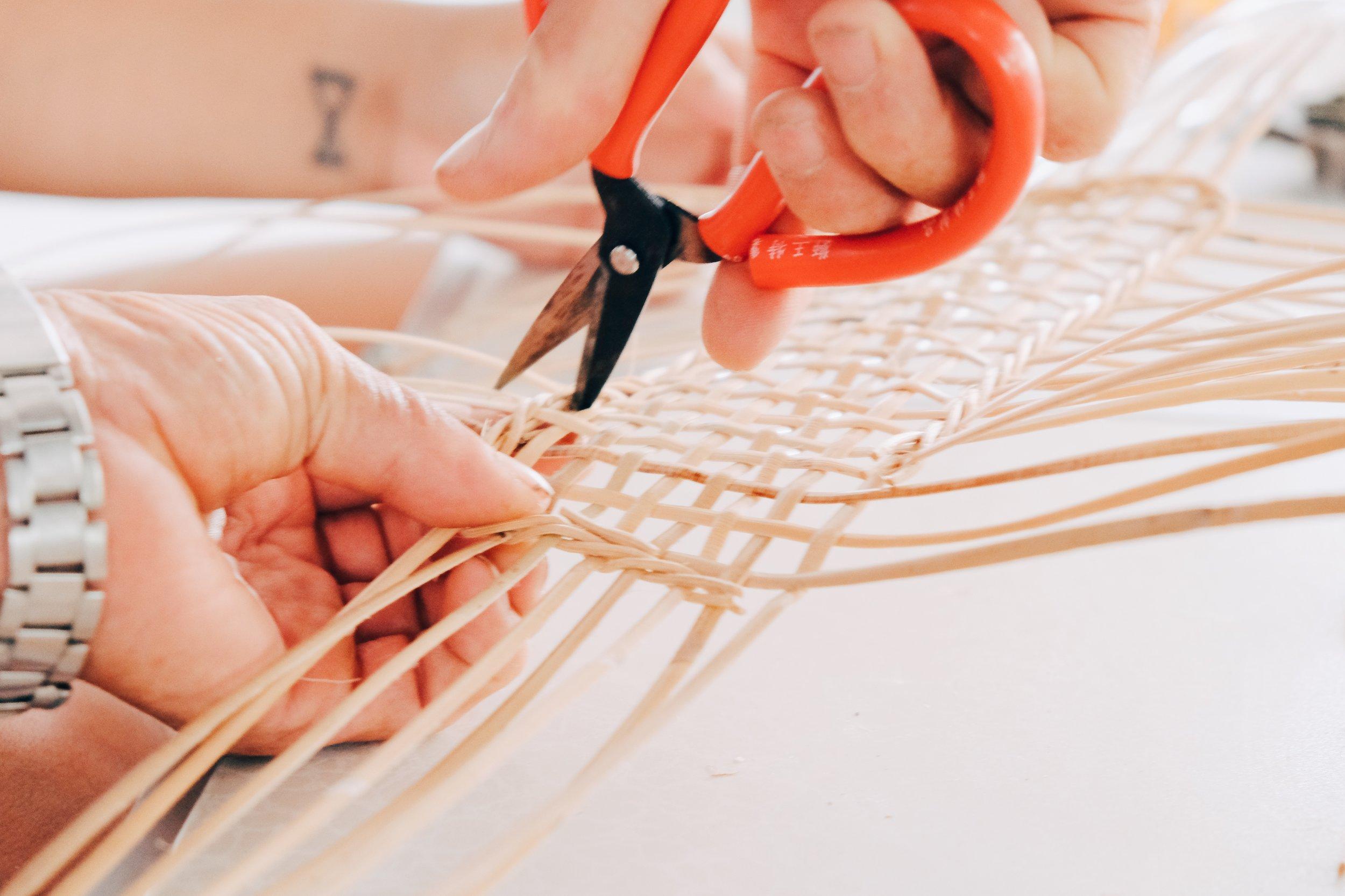 阿公將編織不平整的籐心剪掉