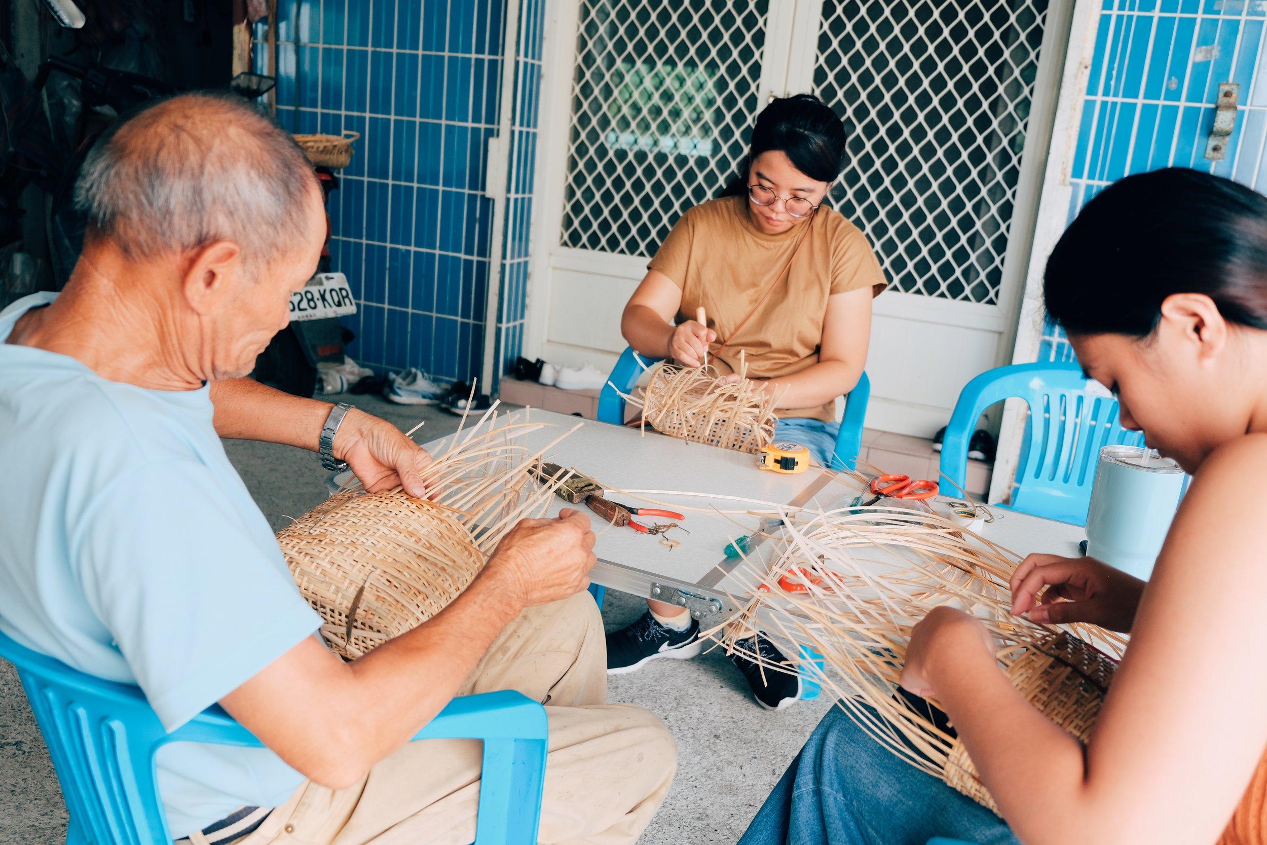 編製頭部前,要先梳密身部的織紋。