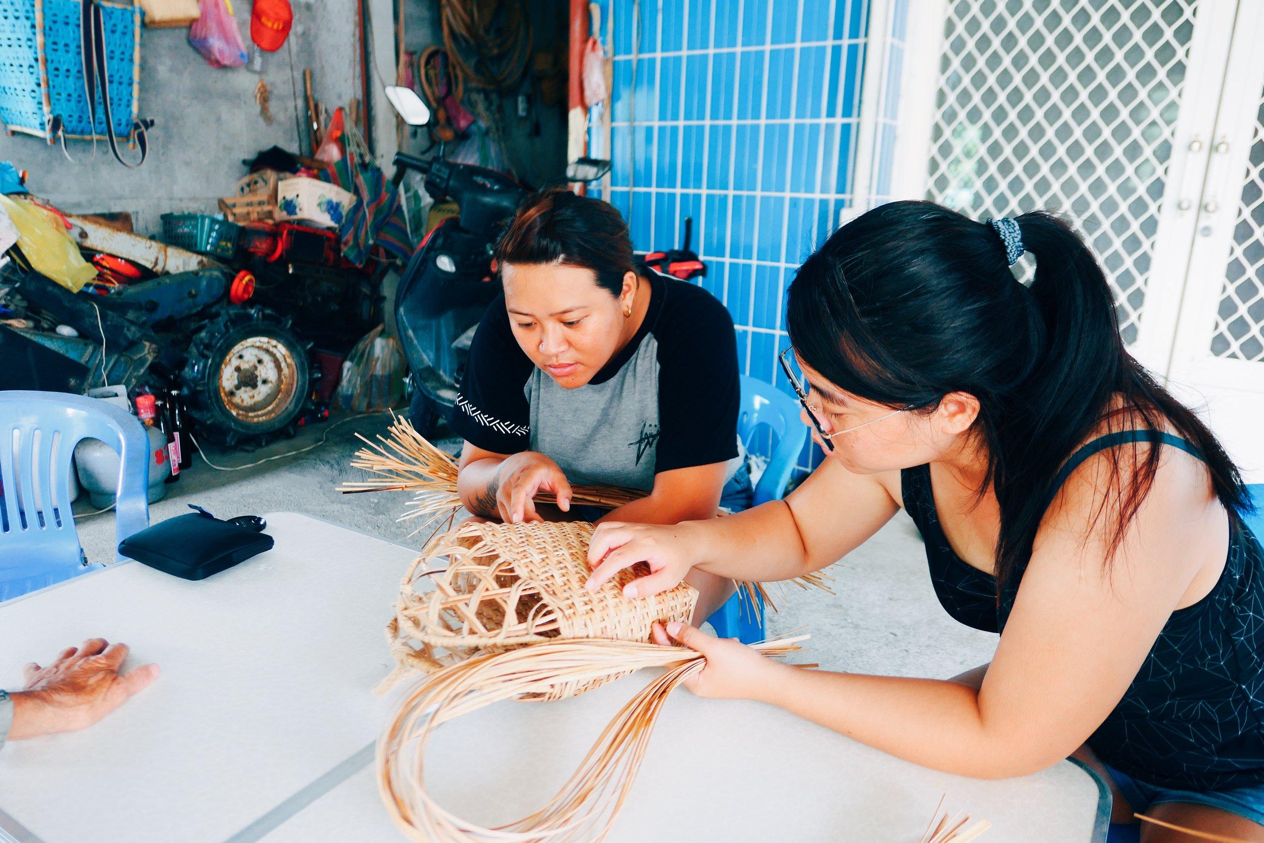 Arik(左)、Tipus(右)細數著製作kaway所需要的籐皮數量