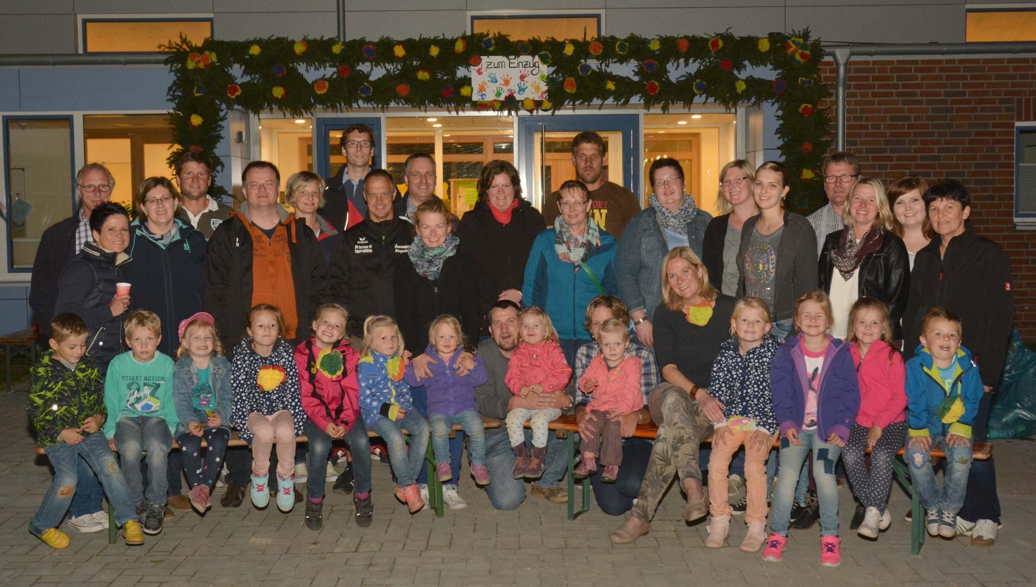 Mit einem prächtigen Kranz schmückten Eltern und Kinder den Eingang der neuen Kita