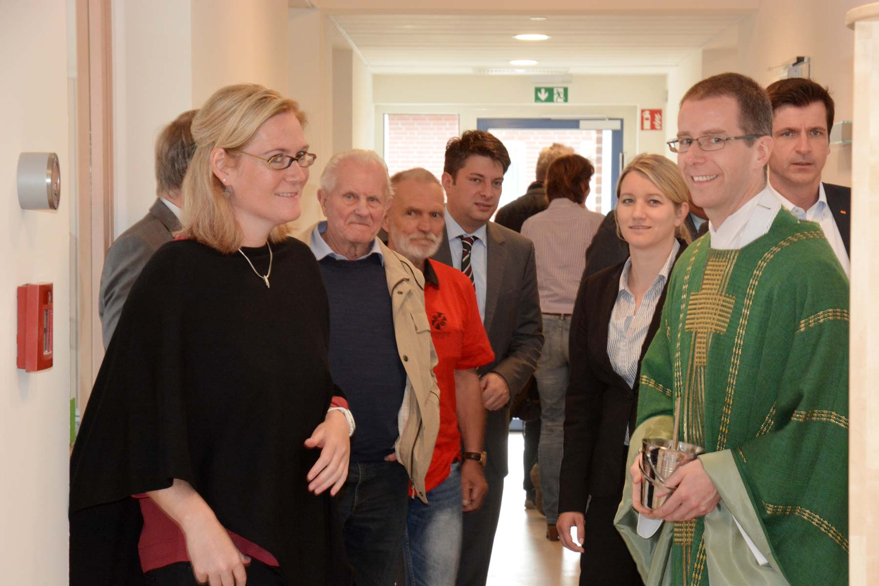 Claudia Buschermöhle und Pastor Dr.Ansgar Stolte führten die Gäste, unter Ihnen Christian Calderone (MdL) und Dr. Andre Berghegger (MdB), durch die Räume der neuen Kita