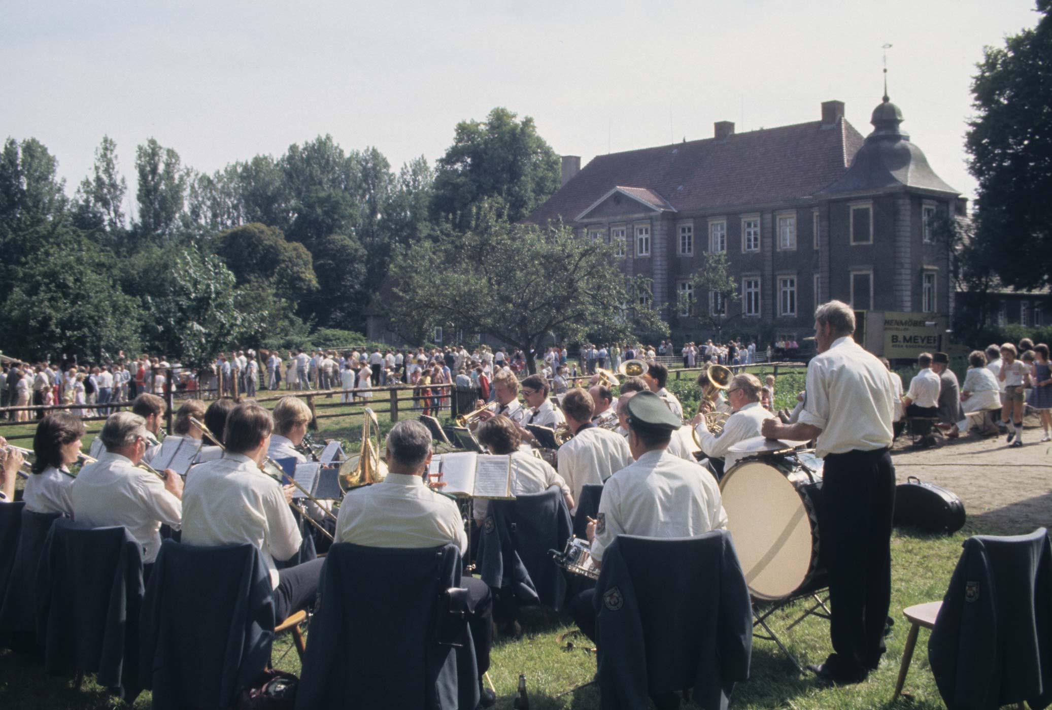 Im Jahre 1985 feierte der Heimat- und VERKEHRSVEREIN gemeinsam mit dem Reit- und fahrverein beim schloss Eggermühlen Ihr 10jähriges Bestehen. Foto: g.Geers