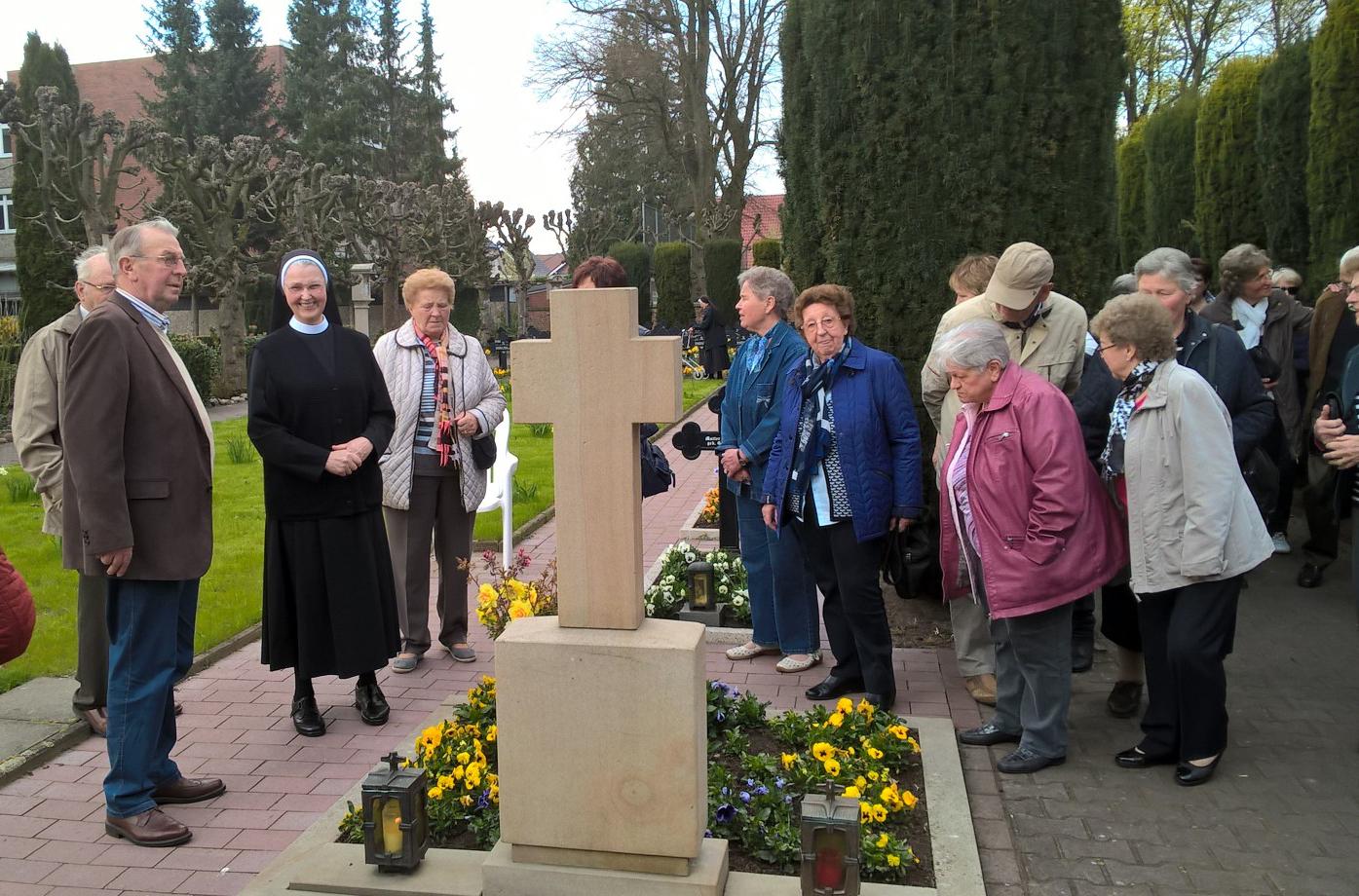 Unser Foto zeigt die Besuchergruppe bei einem Rundgang über den Klosterfriedhof mit aus Eggermühlen stammenden Schwester Aquina, geborene Margret Ahrens.Foto: Christa Geers