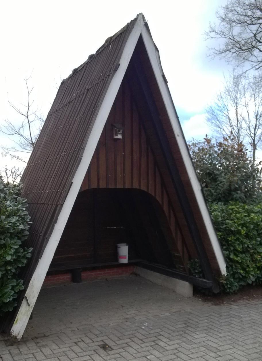 40 Jahre diente die schmucke Spitzdachhütte vor der ehemaligen Gaststätte Gärke Döthener Schulkindern als Buswartehäuschen
