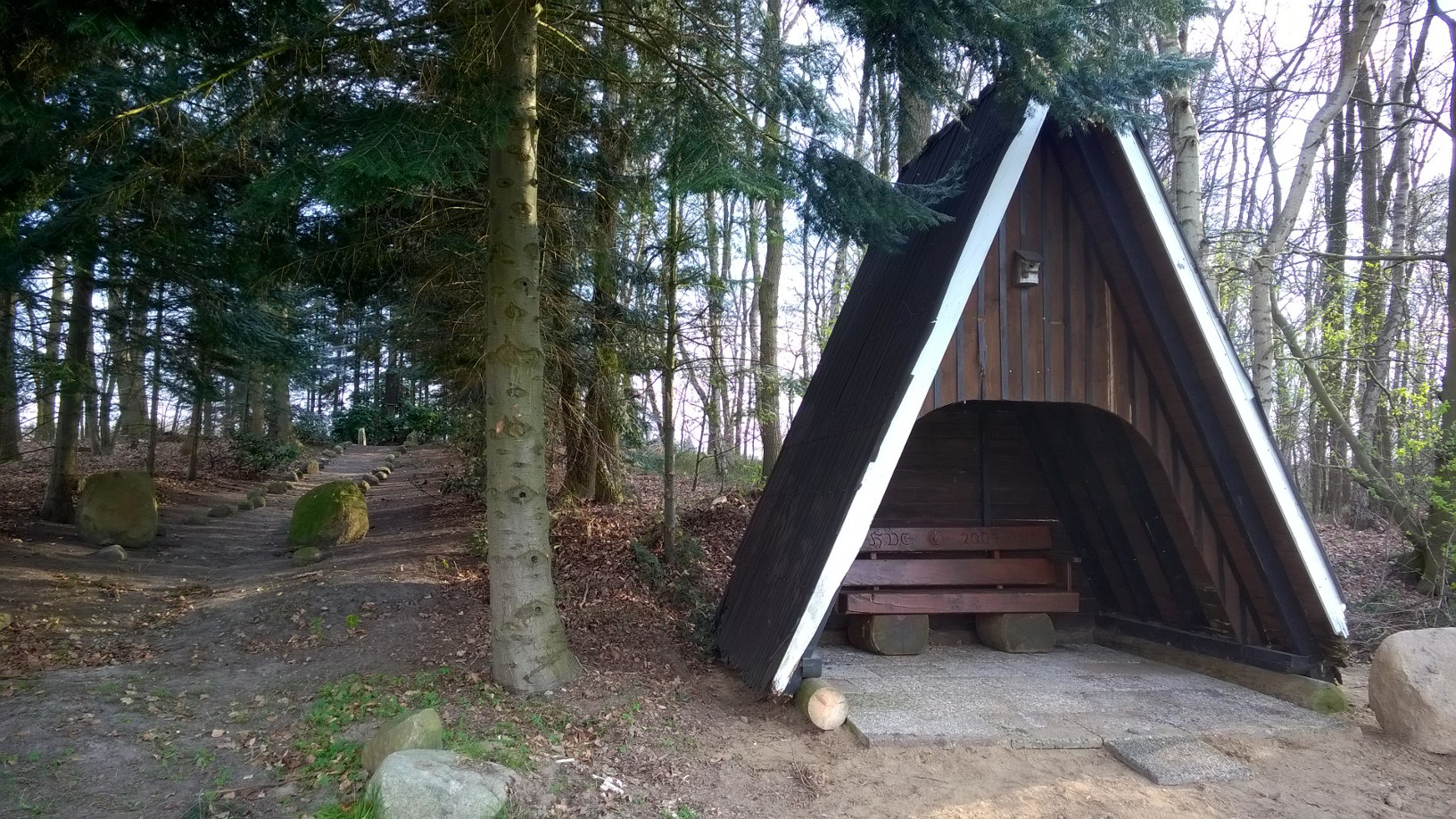 Beim Ehrenmal auf dem Brinkberg in Besten fand die Schutzhütte einen neuen Standort.    Fotos: Georg Geers