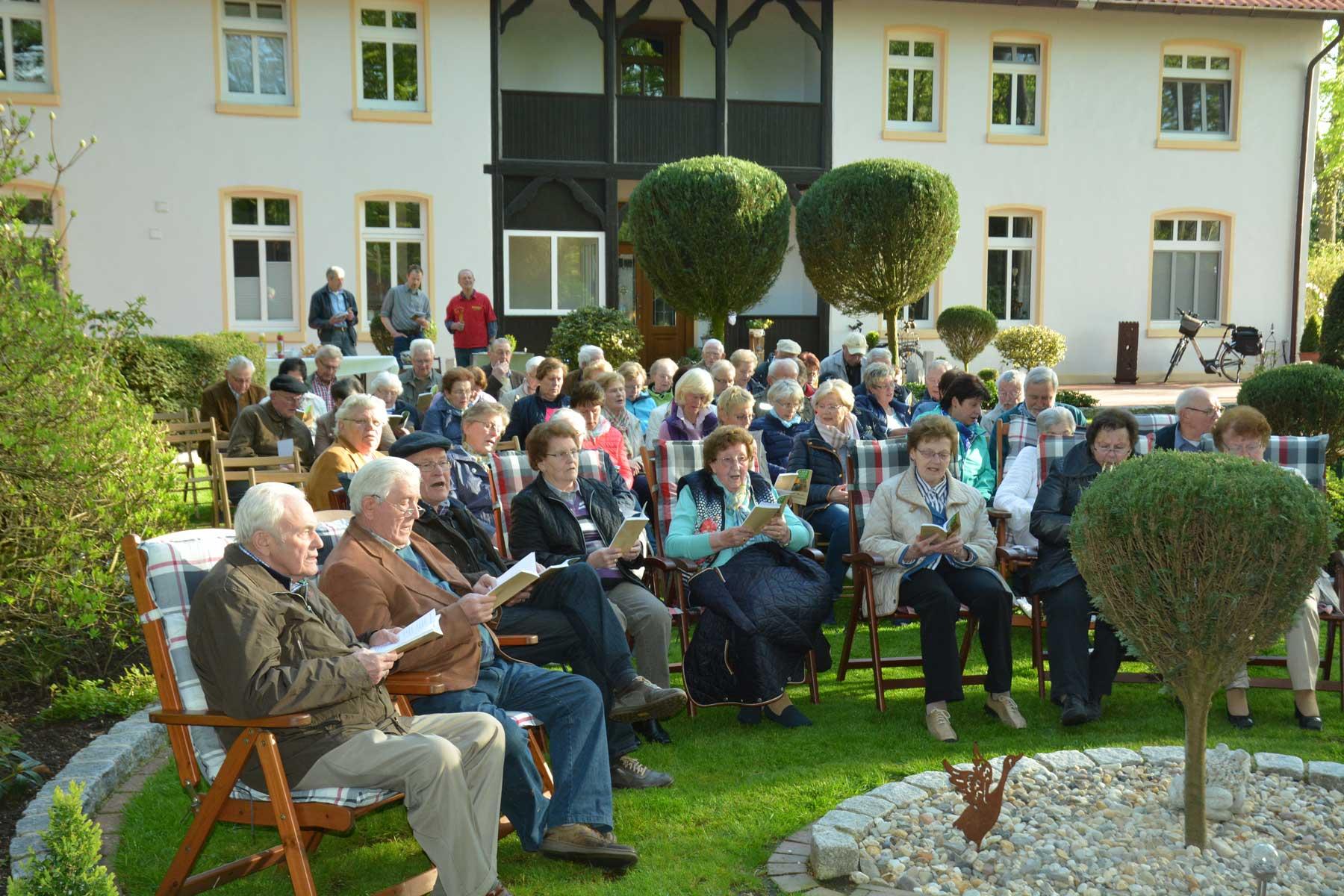 Im Bauerngarten des Hofes Meyer zu Brickwedde trafen sich 90 Heimatfreunde zum gemeinsamen Singen Fotos: Georg Geers