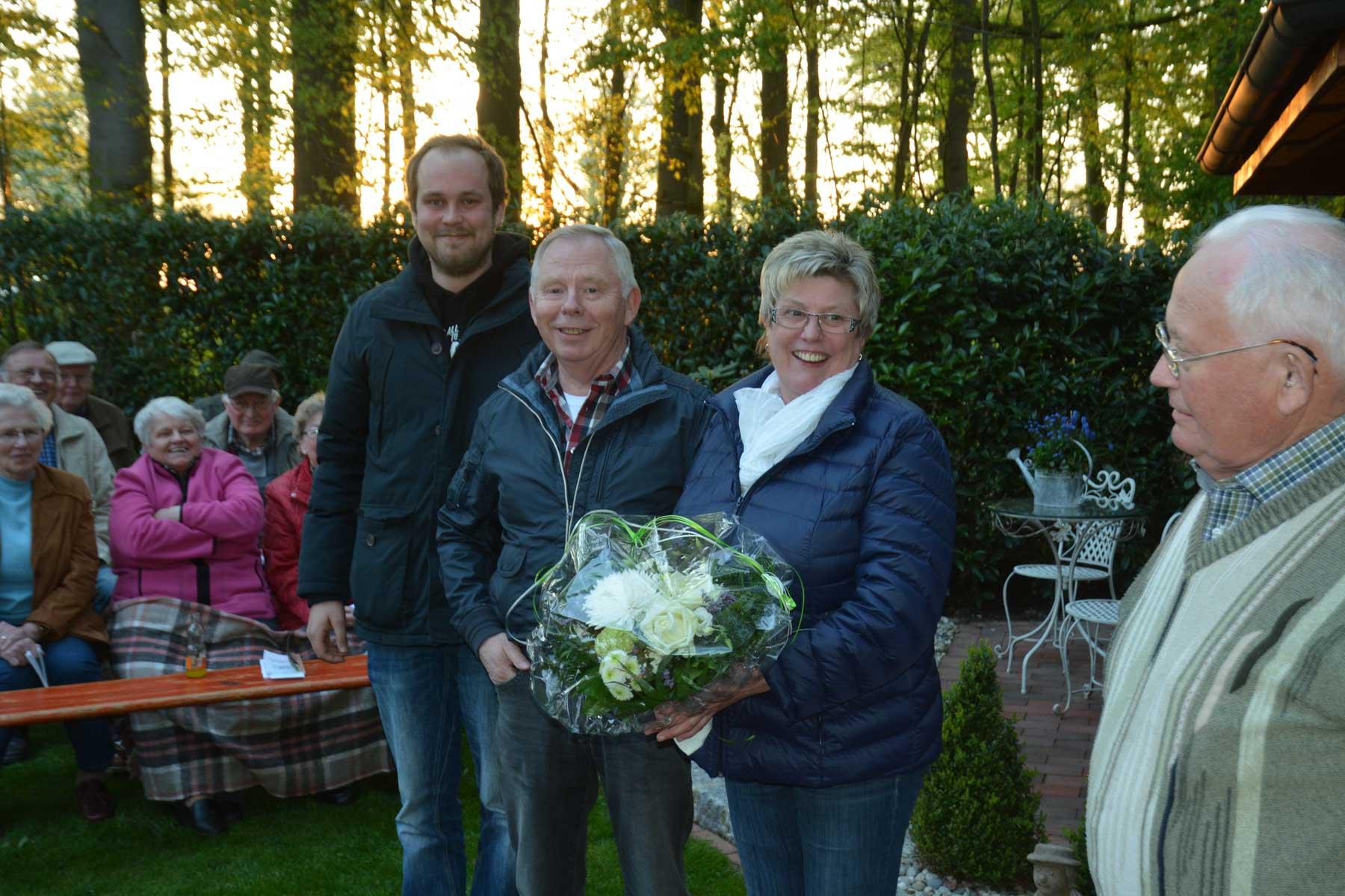 Bei der Familie Meyer zu Brickwedde bedankten sich die Heimatfreunde mit einem Blumenstrauß