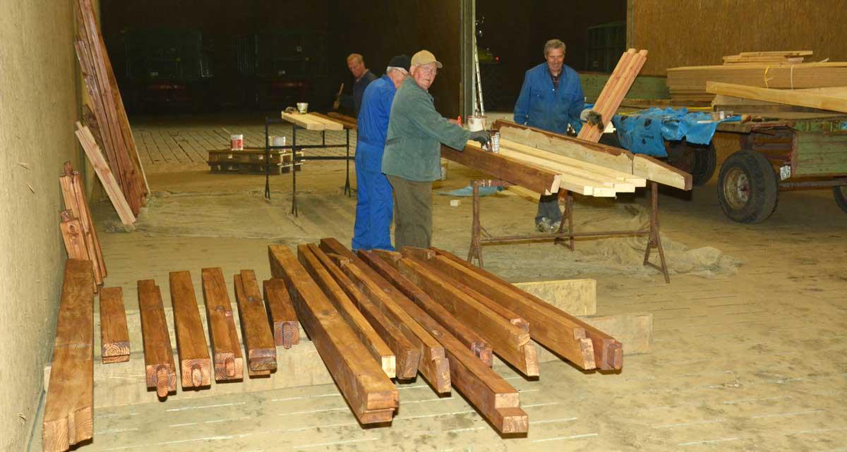 In mehreren Arbeitseinsätzen wurden das Holz für den Bau der Schutzhütte von Vereinsmitgliedern imprägniert