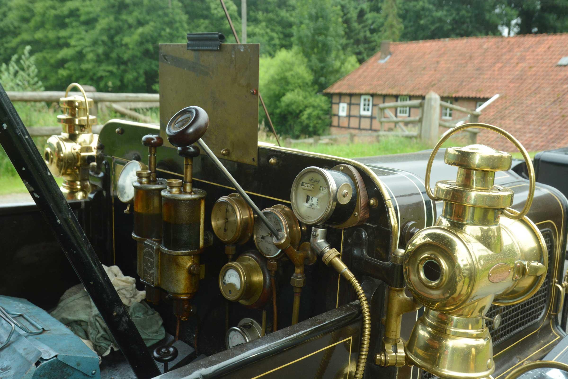 """Dampfbetreiber """"Brush"""" aus dem Jahre 1907:Die Armaturen erinnern an eine Lokomotive.  Fotos: Georg Geers"""
