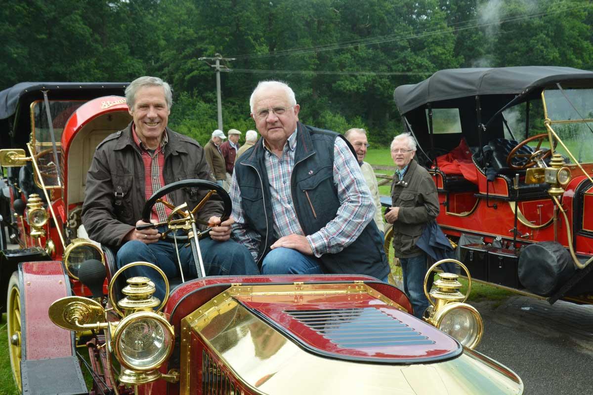 Auch die Vorstandsmitglieder Franz-Josef Schmied und Josef Ebler, die die Oldtimerfreaks an der Wassermühle empfingen, waren fasziniert von der alten Autotechnik.
