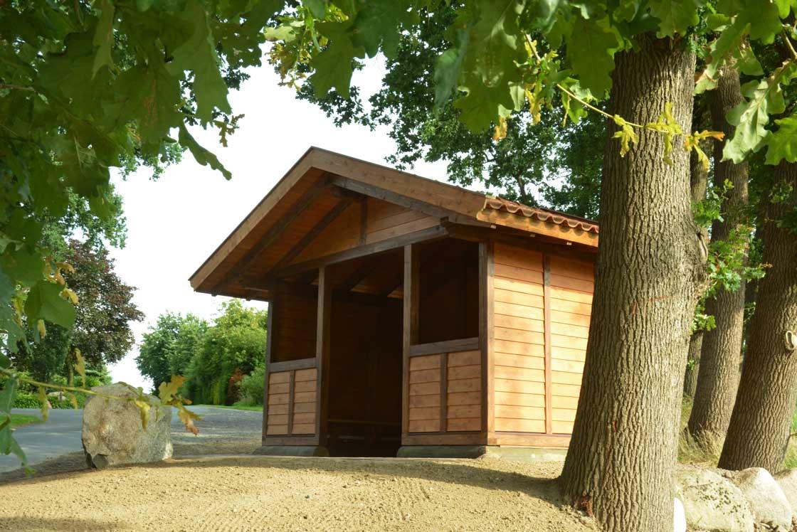 15. Juli: Die SITZBÄNKE wurden angebracht und ein tonnenschwerer Findling vor der Hütte aufgestellt