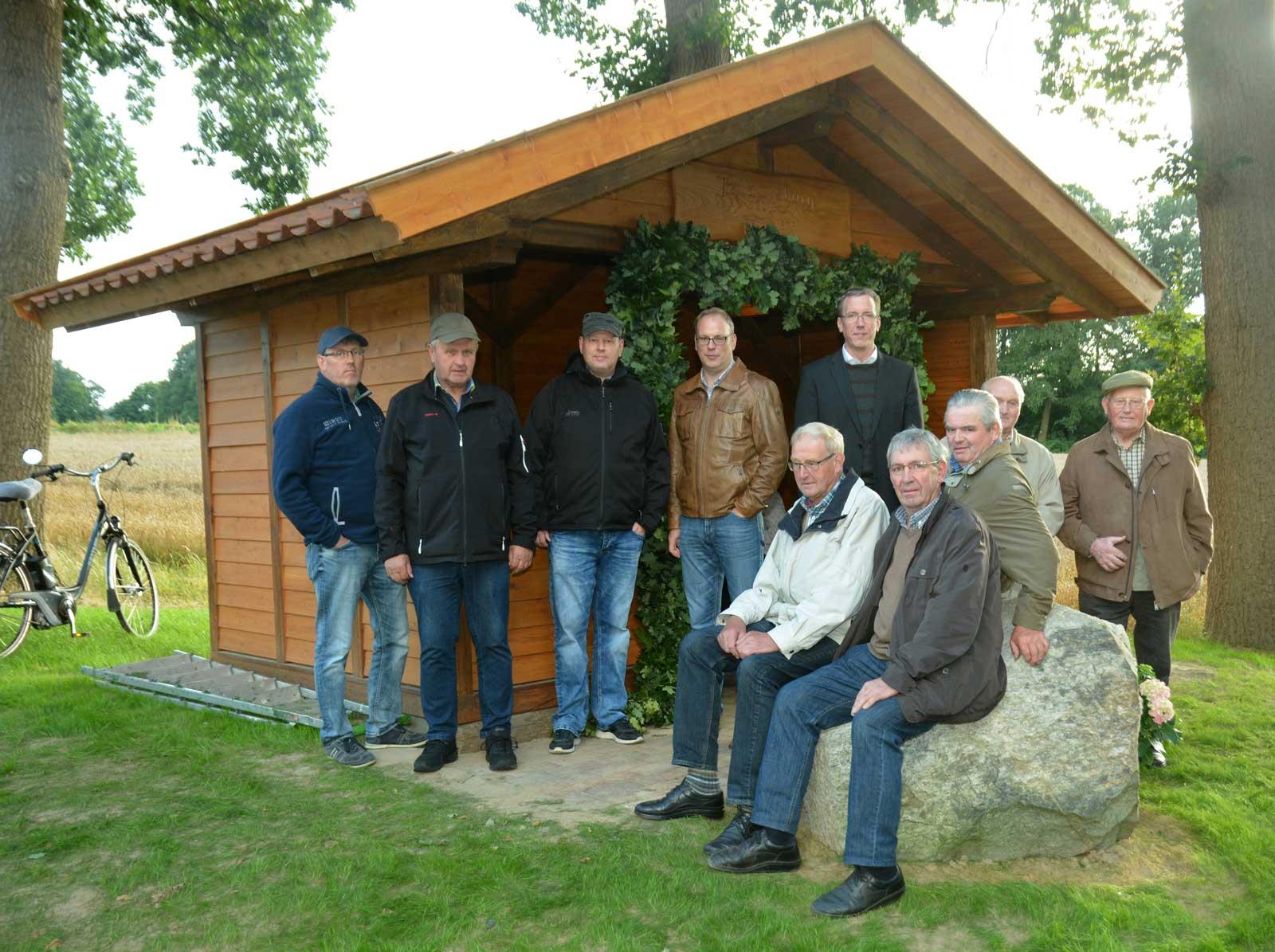 Mit einem Eichenkranz hatten die Nachbarn die neu errichtete Schutzhütte bekränzt. Unser Foto entstand bei der Einweihung.Foto: Georg Geers