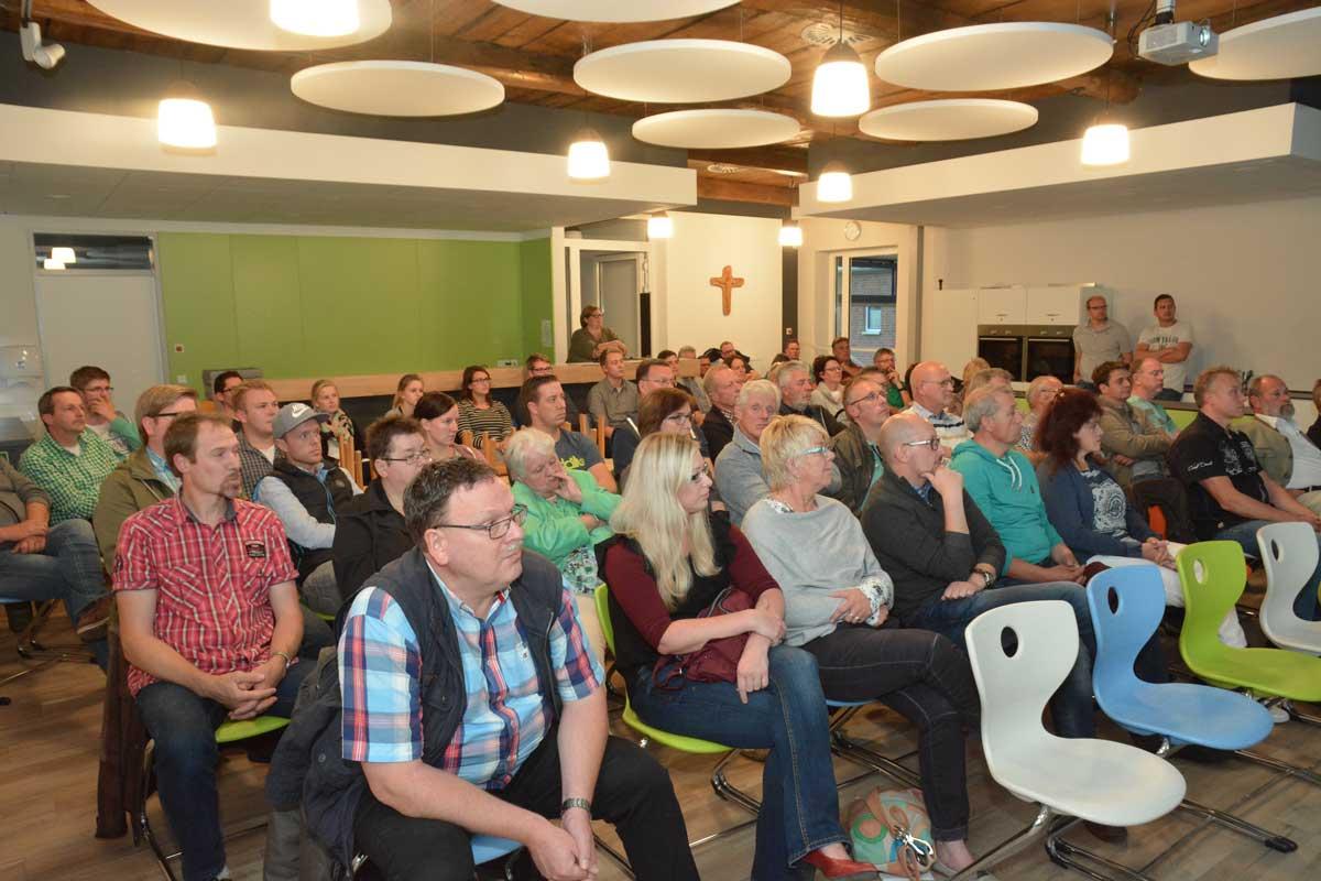 """In der Mensa verfolgten einige Dutzend Besucher die """"Dorfgespräch""""-Auftaktveranstaltung in Eggermühlen"""