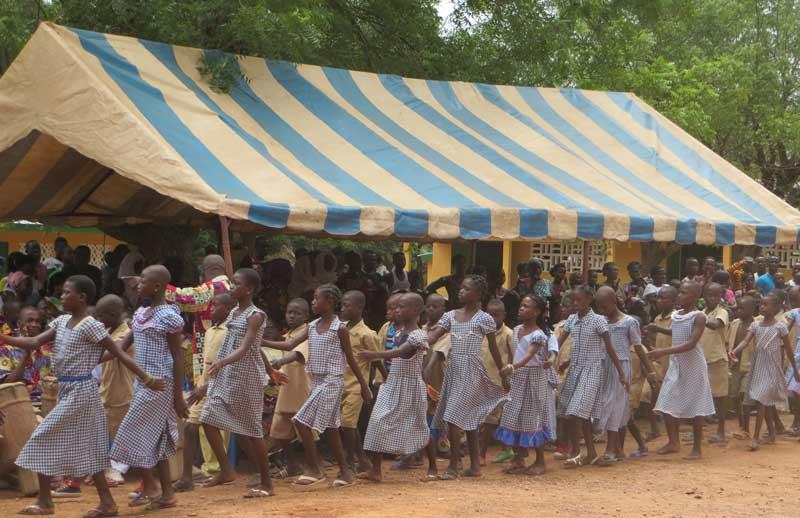 Freudige Grundschüler bei der Einweihung einer neuen Schule