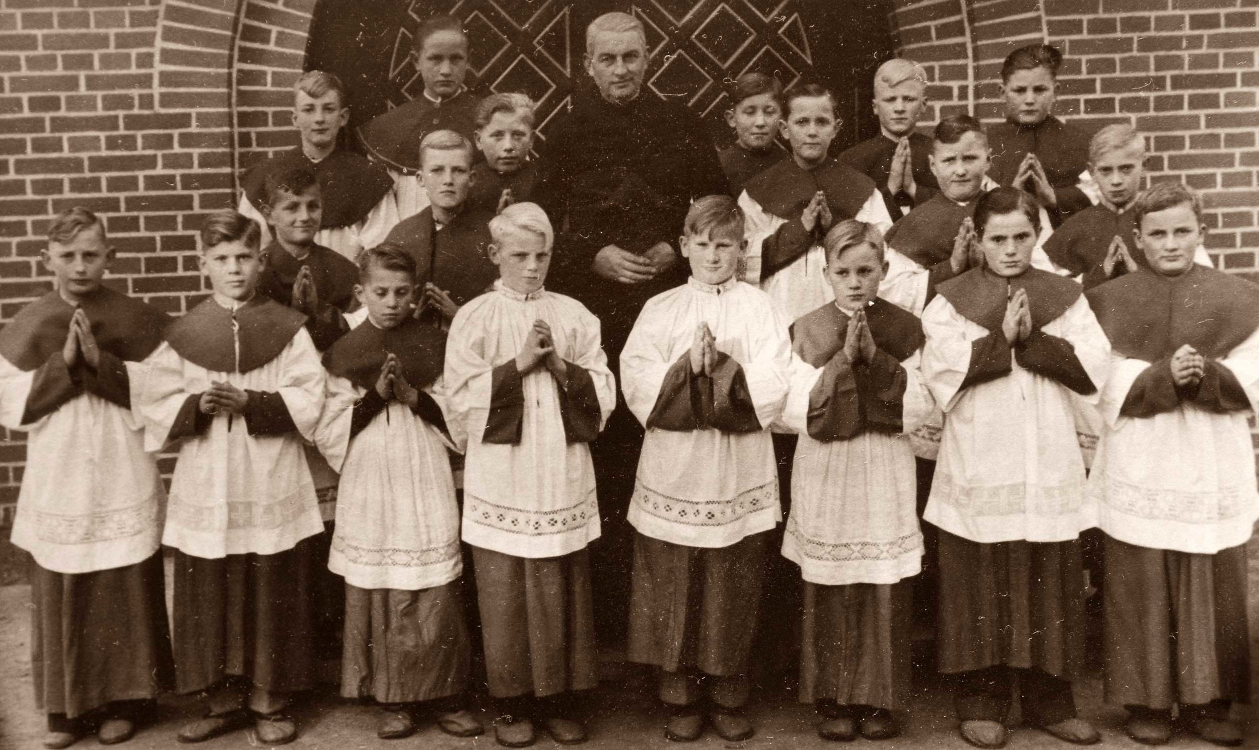 Unser Foto zeigt eine 60 Jahre alte Aufnahme damaliger Eggermühlener Meßdiener mit Pastor Schepper. Repro: Georg Geers