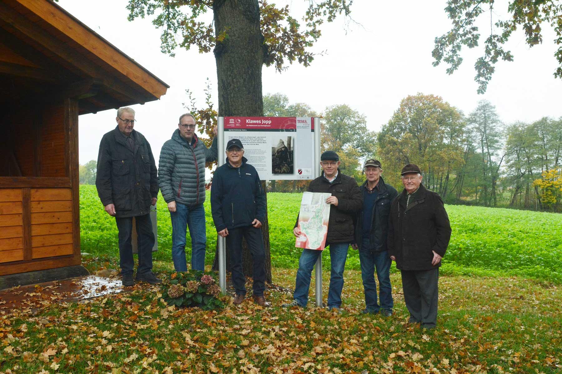 Theo Künne, Bürgermeister Markus Frerker, Klaus Meister, Georg Geers, Theo Schulte und Gerd Bruns bei der offiziellen Übergabe des Eggertaler Entdeckerweges.