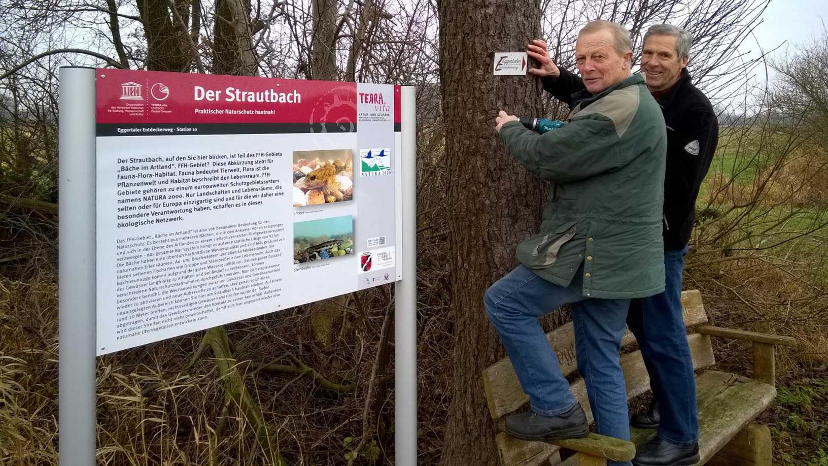 Link, rechts oder geradeaus - Hinweisschilder weisen Wanderern und Radlern den Weg. Unser Foto zeigt Theo Schulte und Franz-Josef Schmied beim Anbringen der Markierungen.Fotos: Georg Geers