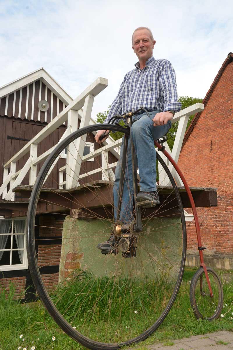 Hoch hinaus mussten Fahrradfahrer vor 150 Jahren, wenn sie auf dem Sattel eines Hochrades Platz nehmen wollten. Respekt zollt der Vorsitzende des Heimatverein Theo Schulte dem Mut der früherer Hochradfahrer.