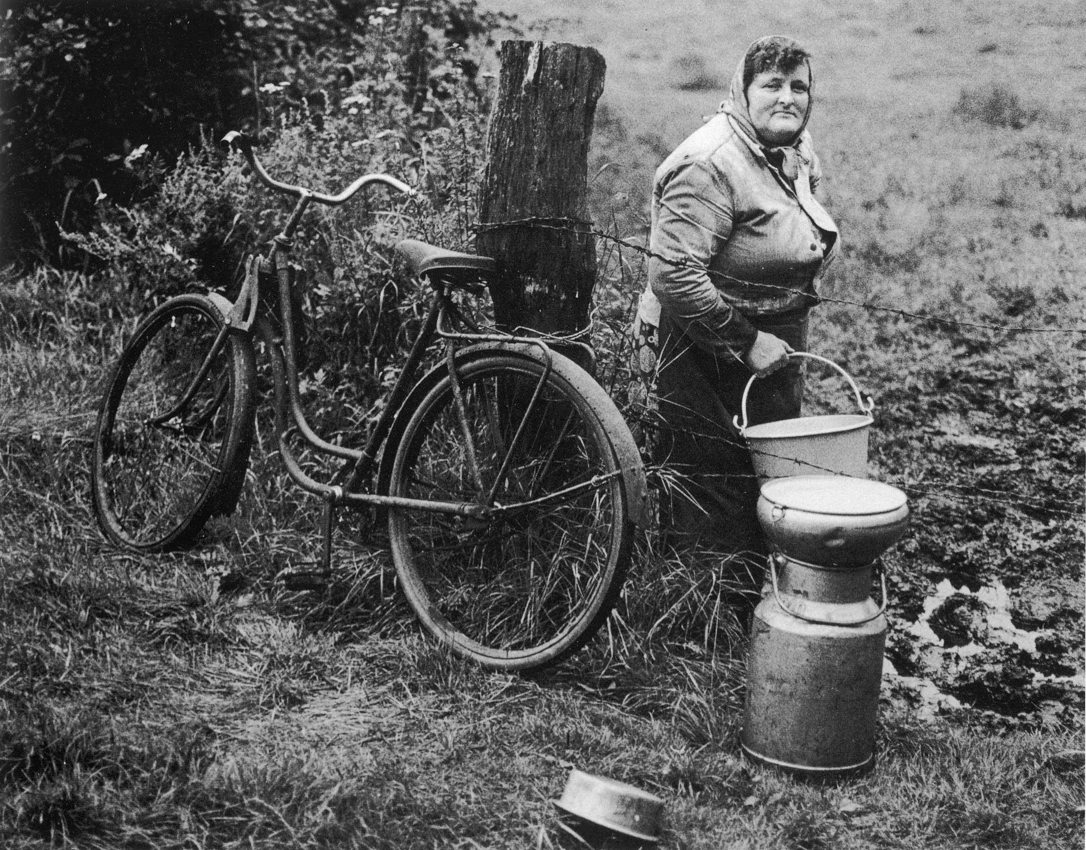 Noch in den 1950er Jahren fuhren viele Frauen täglich mit dem Fahrrad zum Melken auf die Weide.