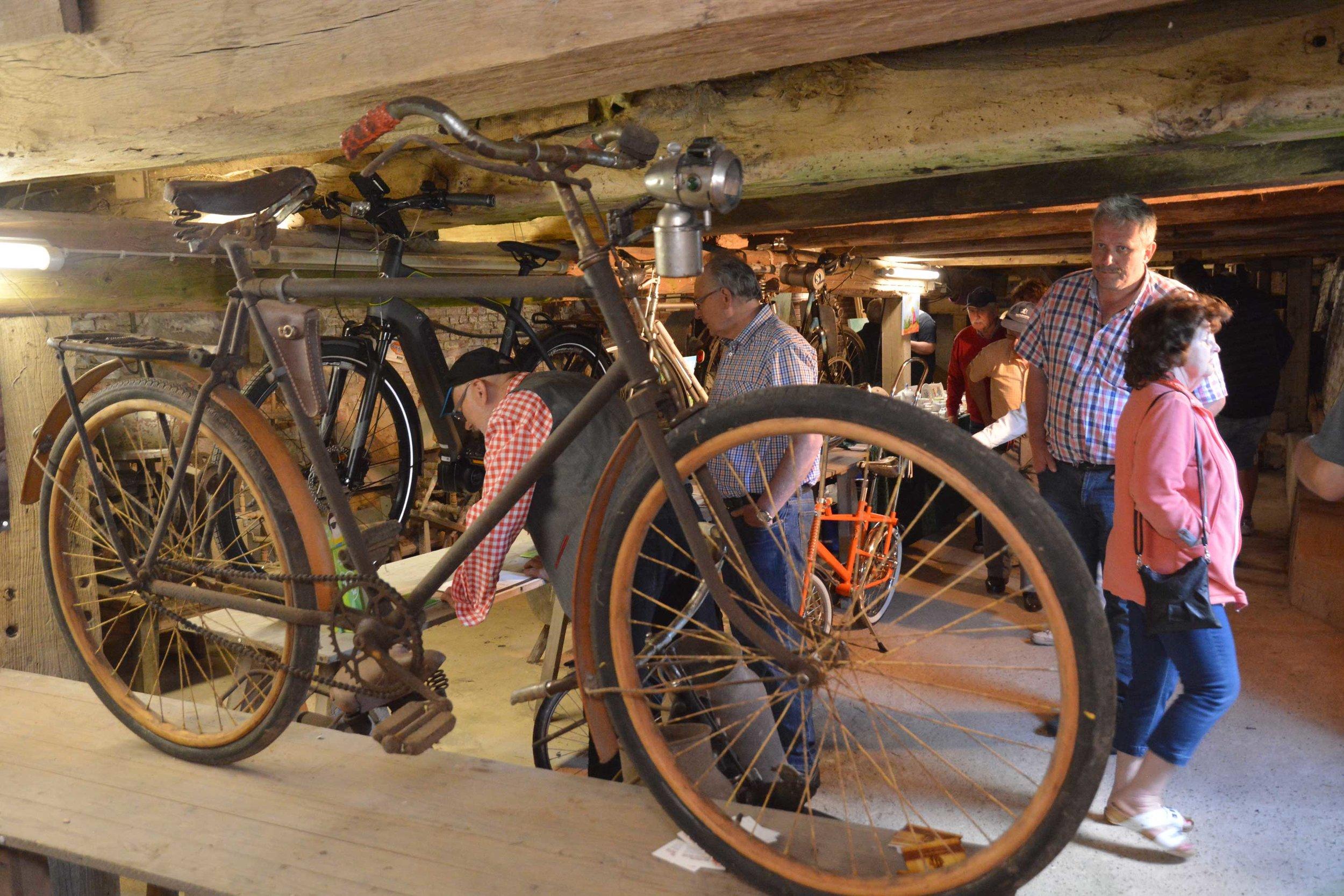 Was es alles gibt?Gut 70 Jahre hat dieses Fahrrad der Marke Wanderer auf den Buckel. Ausgestattet ist es mit Holzfelgen und Holzschutzblechen.