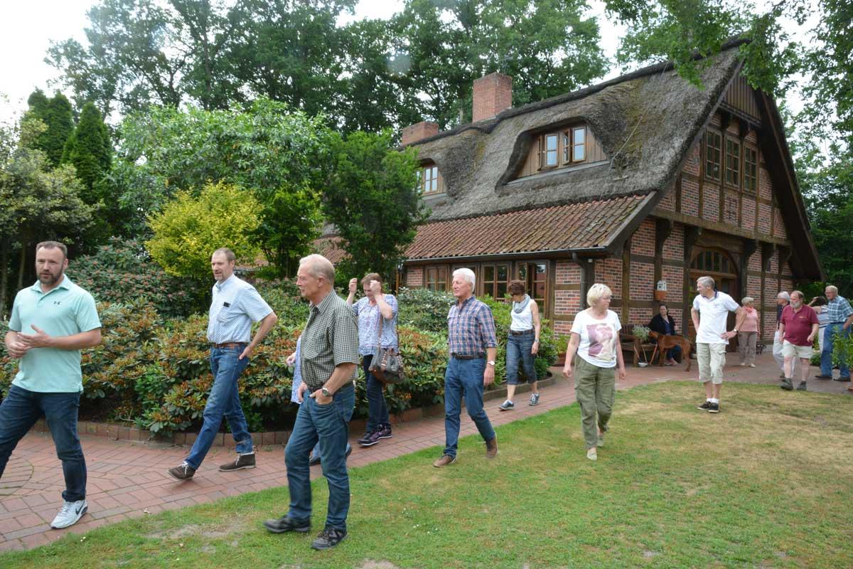Torsten Reinecke (links) erläuterte der Besuchern die Anlage