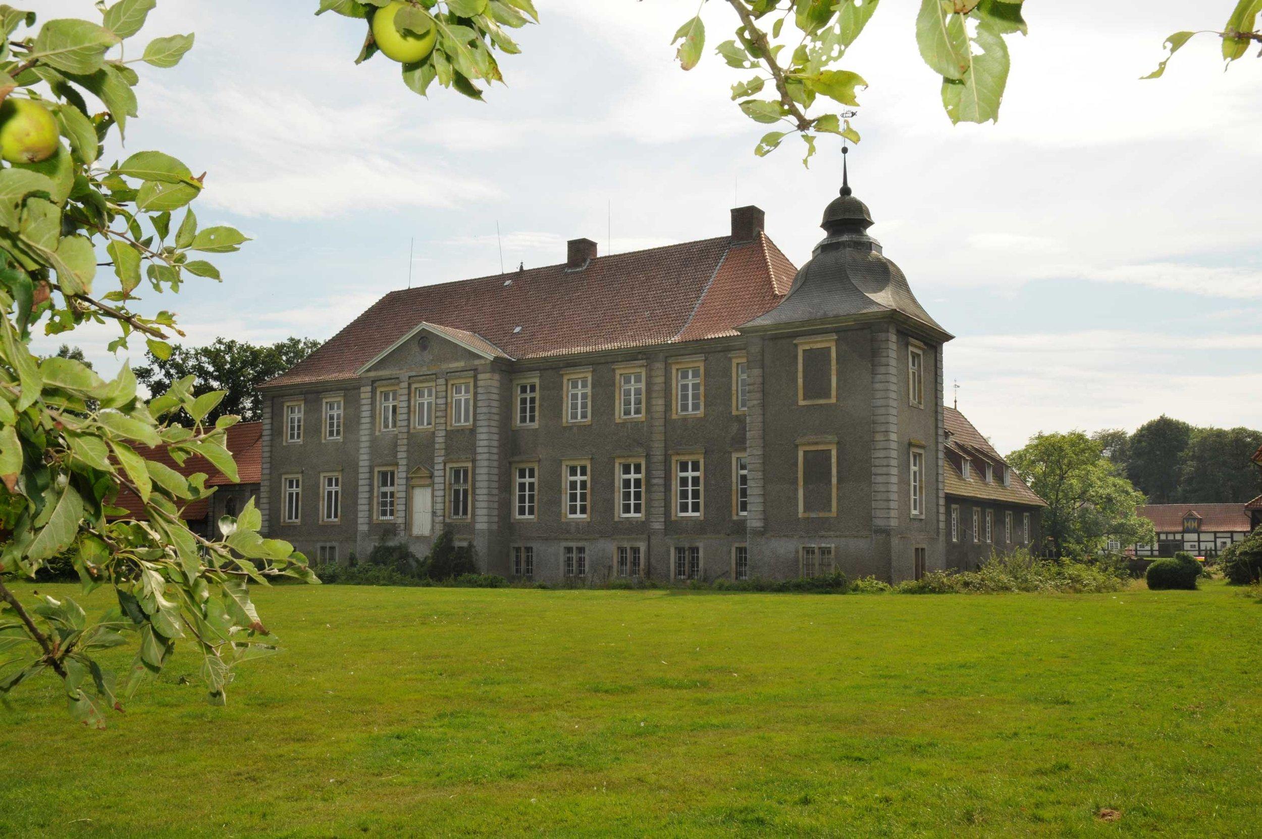 Die Ostseite des Schlosses dient als Kulisse für das Sommerfilmmern in Eggermühlen  Foto: Georg Geers