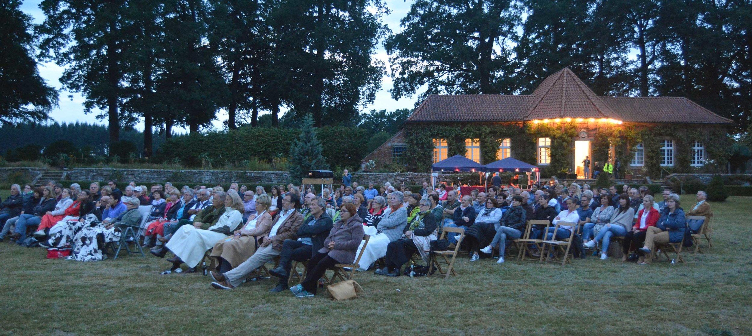 Vor der Kulisse der Orangerie verfolgten die Besucher den Film