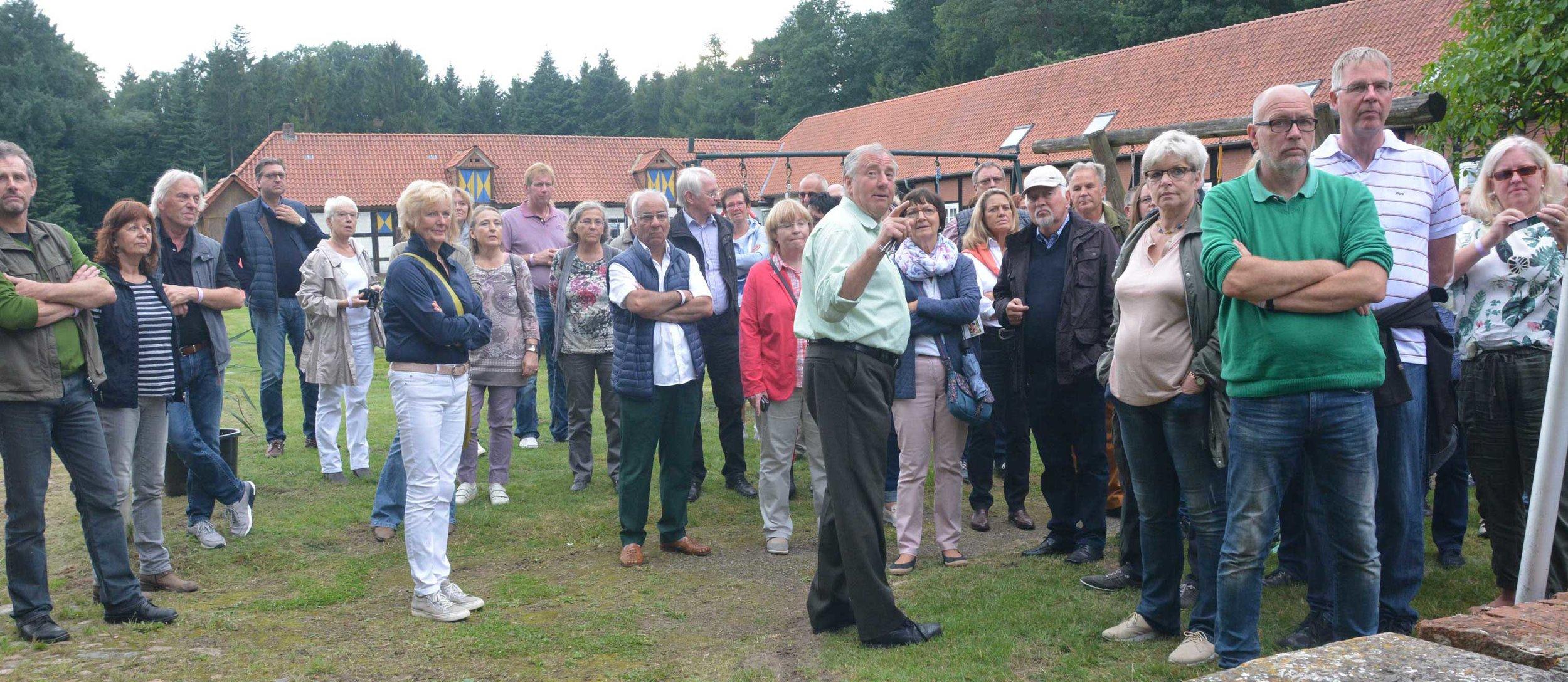 Baron Christoph von Boeselager (mitte) führte die Besucher über das Geländes des Schlosses.Fotos: Georg Geers