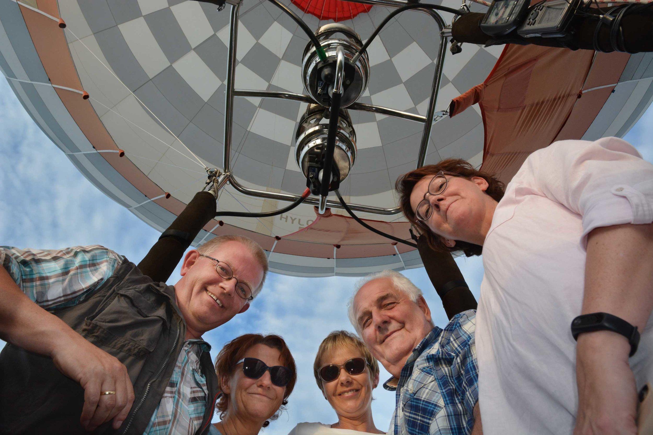 Georg Geers, Petra Klune, Beate Schulte, Theo Stottmann und Andrea Stalfort genossen die lautlose Ballonfahrt an dem lauen Sommerabend