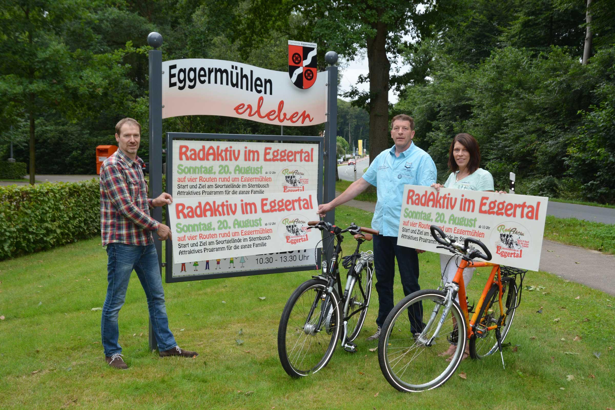 Ankündigungstafel installierten Bernd Hengehold, Ramona Ebler und Peter Schmitz an den Ortseingangstafeln in Eggermühlen. Fotos: Georg Geers