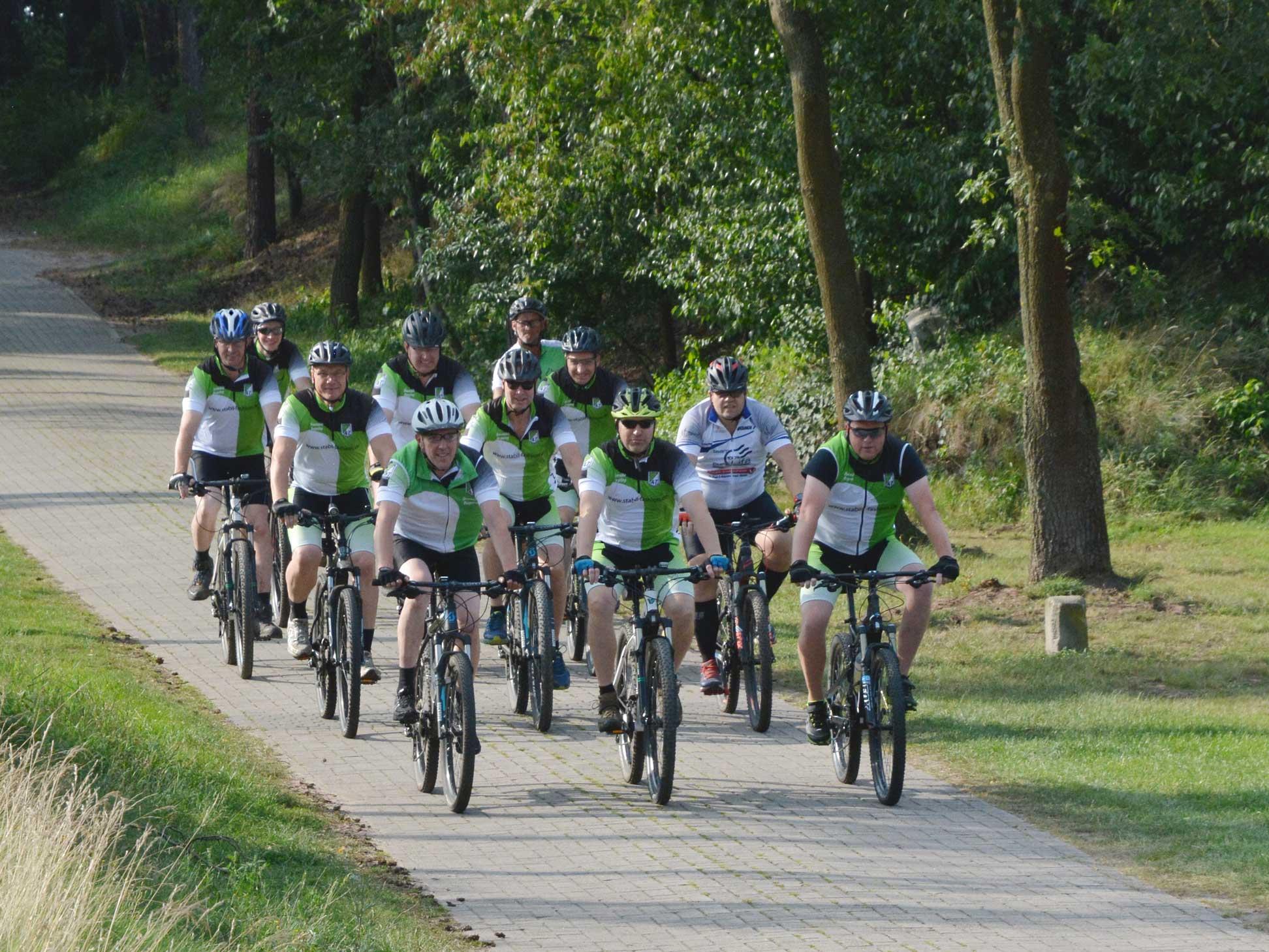 Für sportliche Radler ist ein 60 Kilometer lange Tour durch das Artland geplant. Für die Teilnahme an dieser Tour besteht Helmpflicht. Unser Foto zeigt die Eggermühlener Sportradler.