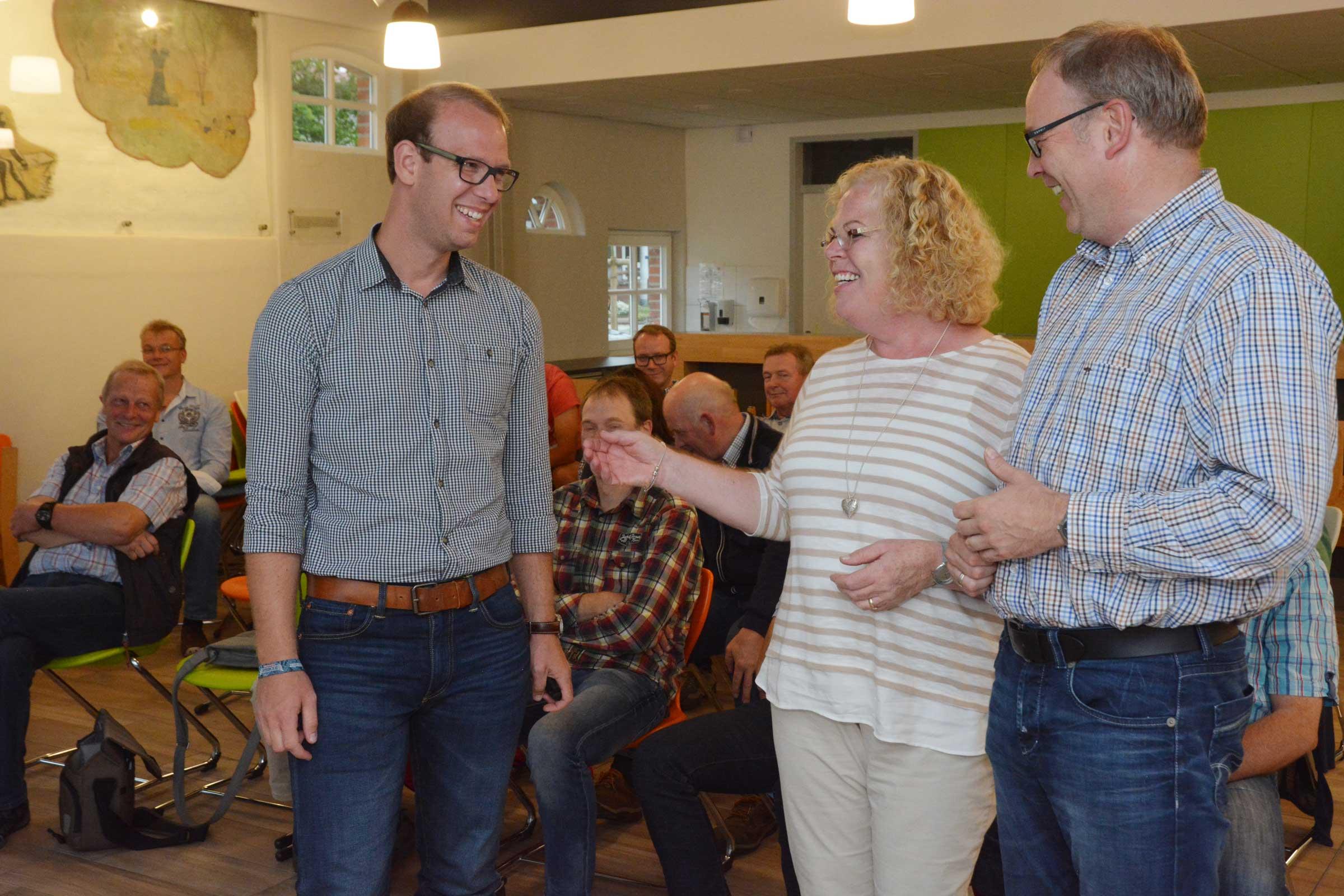 Mit Bürgern diskutierten Tima Strakeljahn, Gabriele Linster und Bürgermeister Markus Frerker. (v.l.) Foto: Georg Geers