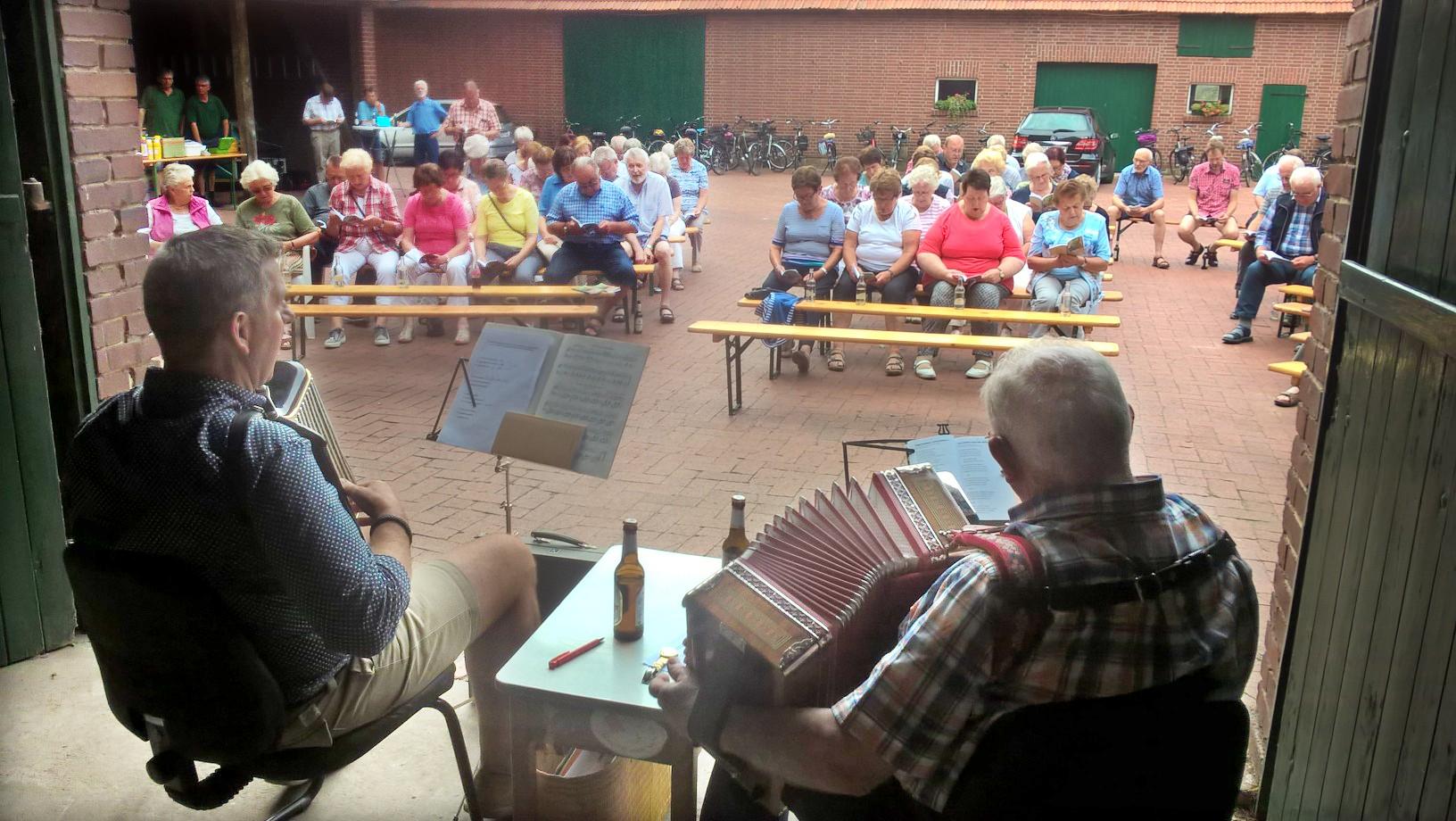 Jürgen Büscher und Gerd Bruns begleitetet die Sängerschaft