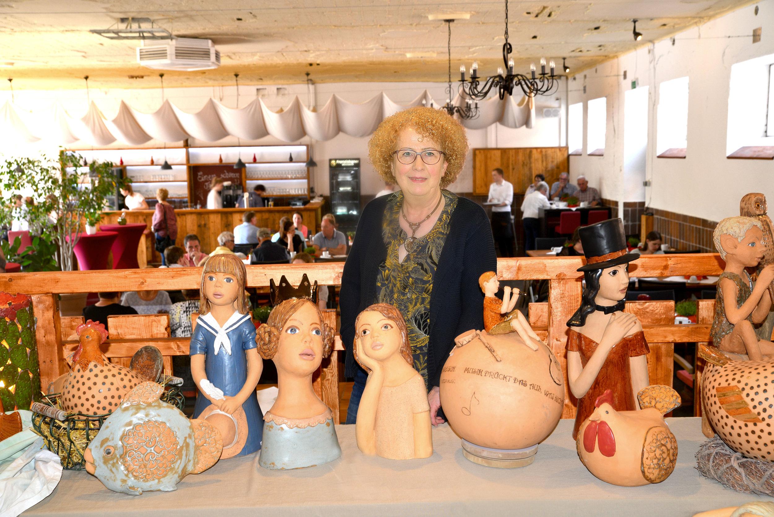 Charakterkönfe aus Ton entstehen in der Werkstatt von Hannelore Wichmann aus Kneheim