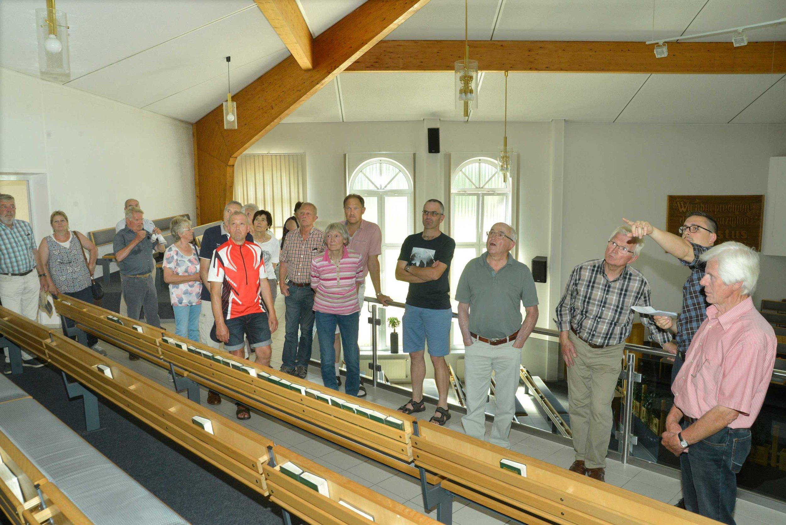 David Hagen (2.v.r.) erläutertet den Radlern die Einrichtung des  Gebetshauses