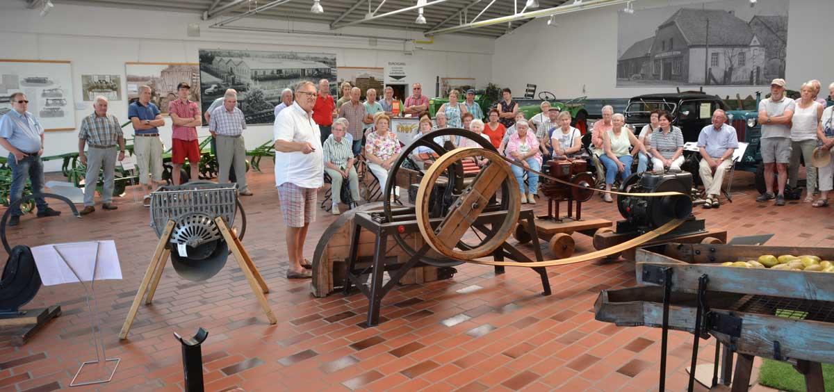 Lebendige Geschichte: Walter Krone führte die Heimatfreunde mit Sachverstand und einer gehörigen Portion Humor durch das Krone-Museum.