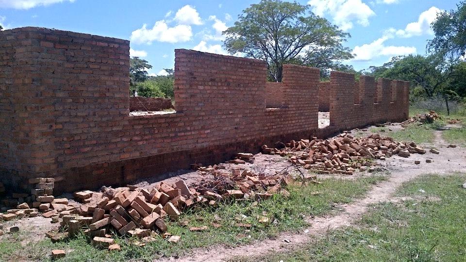 Construction of the school hall at Marumbi underway...