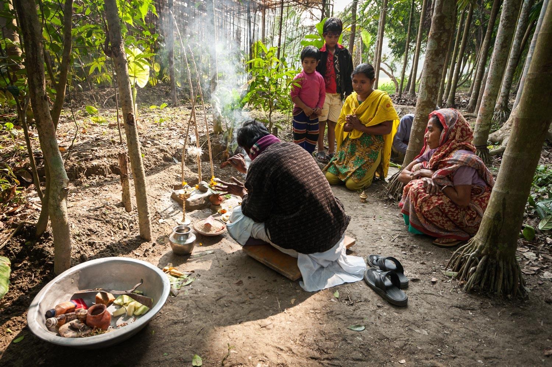 bangladesh-hindu-priest-puja.jpg