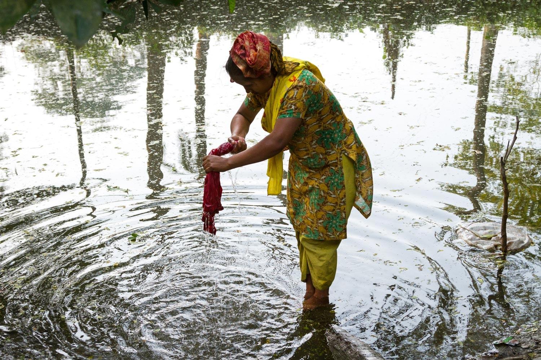 bangladesh-washing-clothes-pond.jpg