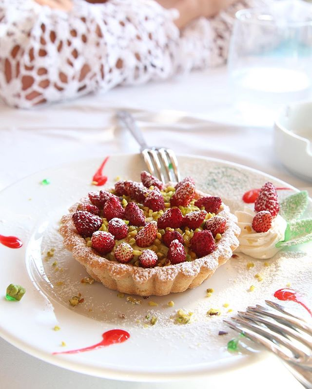 🍴Pistachio cream raspberry tart🍴 Since I'm still jet lagged I wake up when everyone is still asleep and go through my phone and basically crave everything I ate in Italy.  Let me explain this tart because it was like no other.  Creamy dense pistachio cream filled the inside, sweet succulent raspberries topped the tart along with crunchy pistachio bits all served in the perfectly moist but thick buttery tart. 🤗 **dreaming