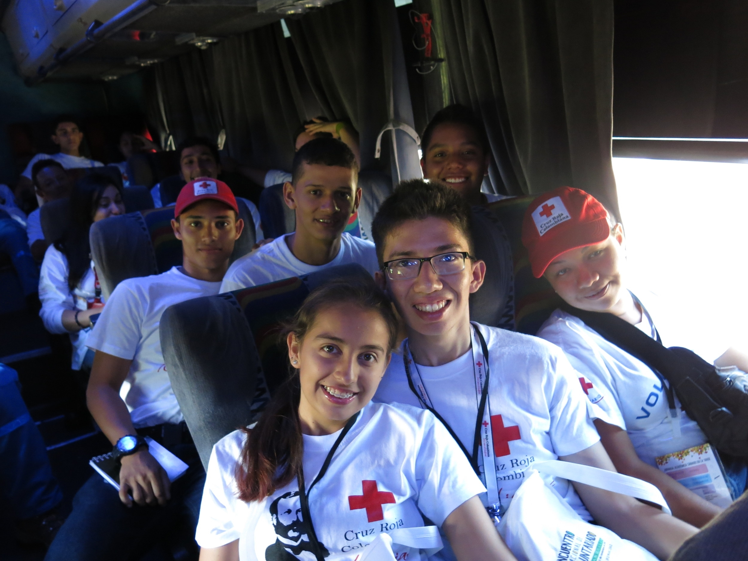 Volunteers on the bus on their way to their first academic day. En camino por el primero día academico