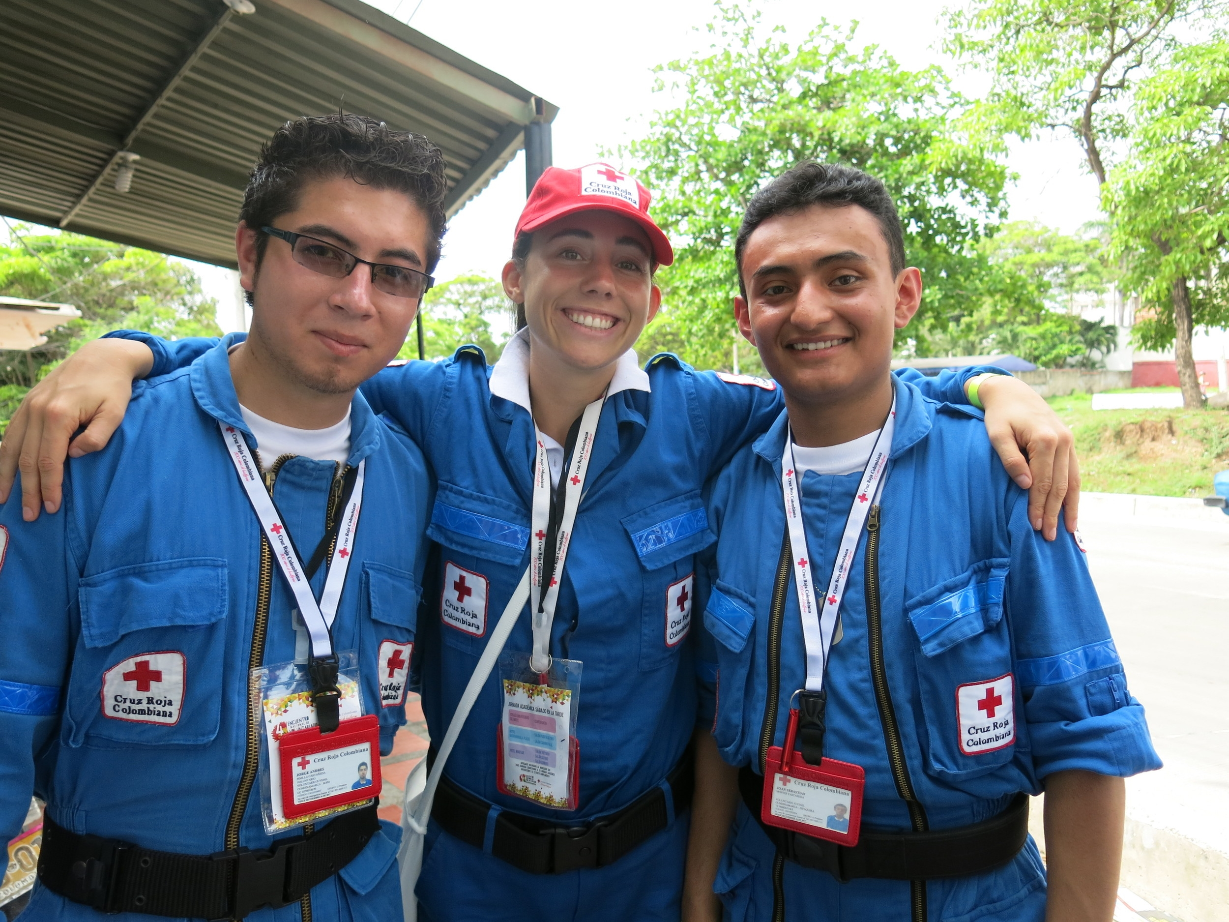 Sara con Andres y Joan, su equipo durante el día de trabajo comunitaria. Sara with Joan and Andres, her team during the community health day.
