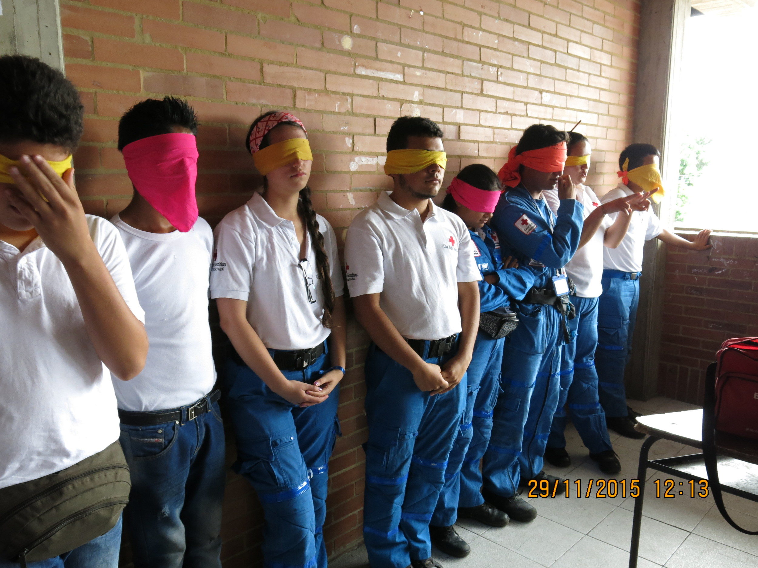 """El juego ciego"", una actividad sobre liderazgo y habilidades de comunicación / Playing ""Blindfolded"", an activity related to leadership and communication skills"