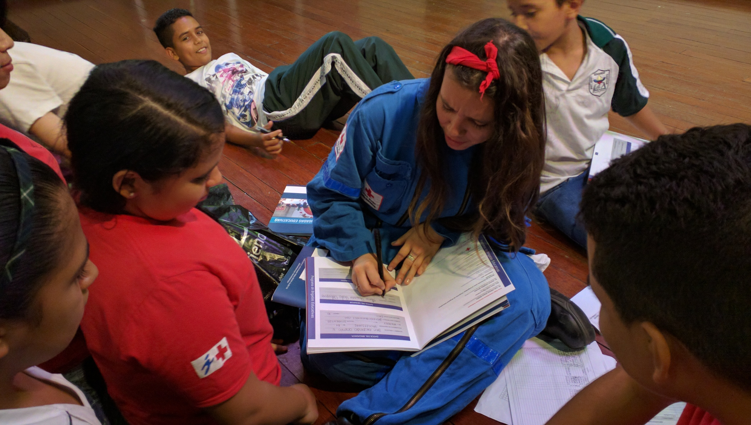 Sofía, 18, monitora de una Brigada Educativa en su antiguo colegio // Sofía, 18, monitor for the Brigadas Educativas in her old school